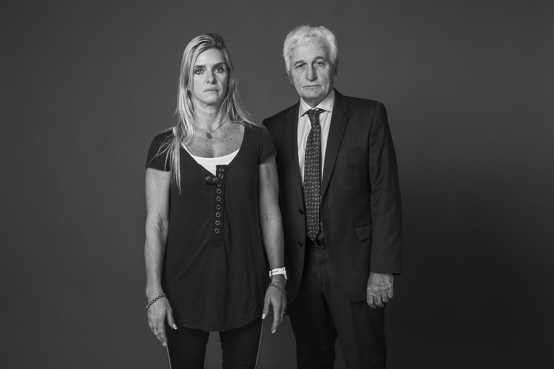 Karina Bolan y Pedro Ferraina. Romina Bolan tenía 19 años cuando murió en el atentado. Caminaba por la vereda de la calle Pasteur en dirección a la Facultad de Ciencias Económicas de la UBA. Llegó al Hospital de Clínicas con heridas gravísimas y finalmente falleció. La operó eldoctor Pedro Ferraina. En la foto, se encuentra con Karina, la hermana