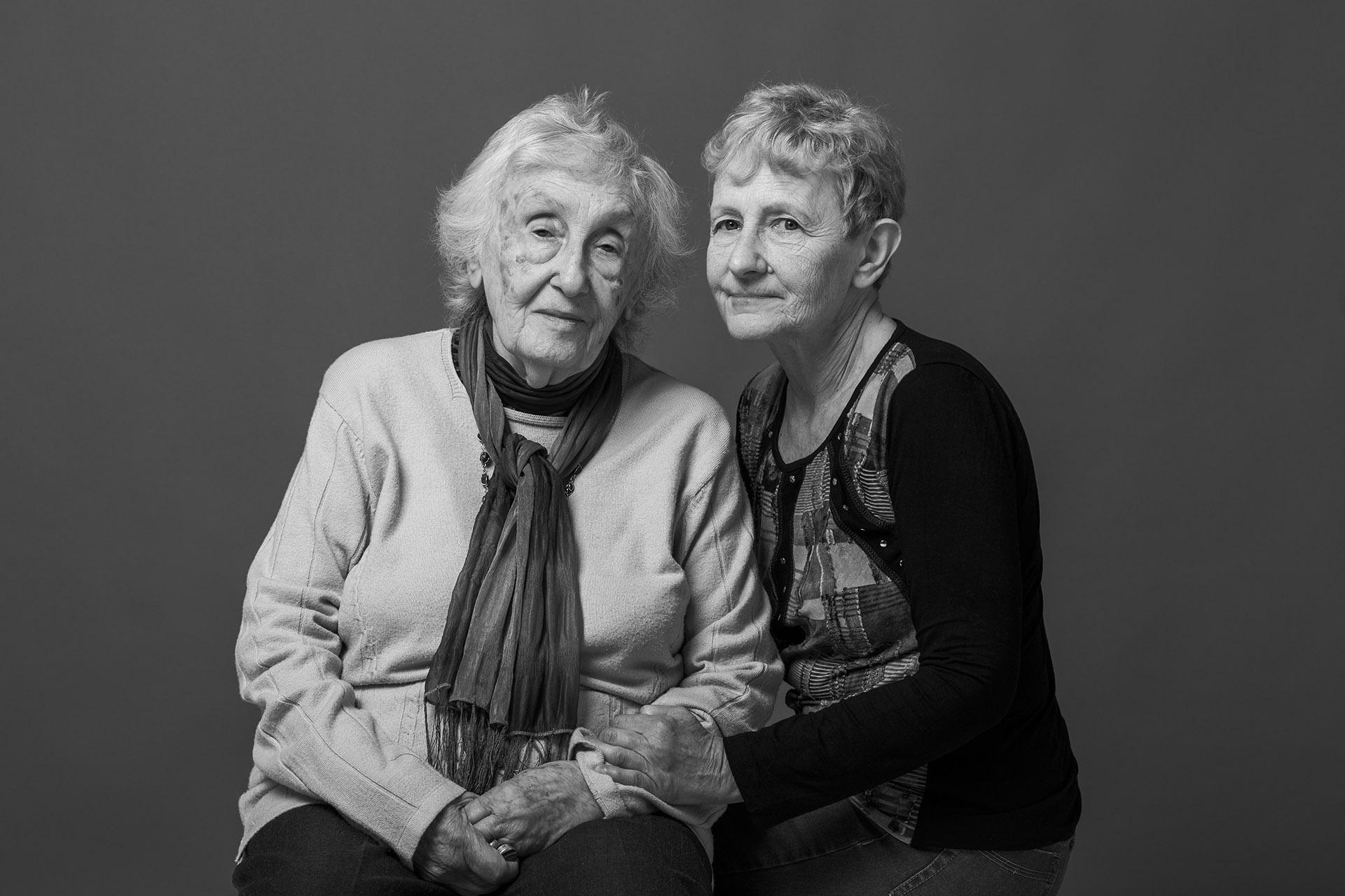 """Tamara Bursuck de Scher y Marta Goldfarb. Trabajaban juntas en la AMIA: ambas son sobrevivientes del atentado. A partir de aquella tragedia formaron un vínculo y hoy son grandes amigas. """"La muerte nos pasó por encima, pero hoy nos une la vida"""", aseguran"""