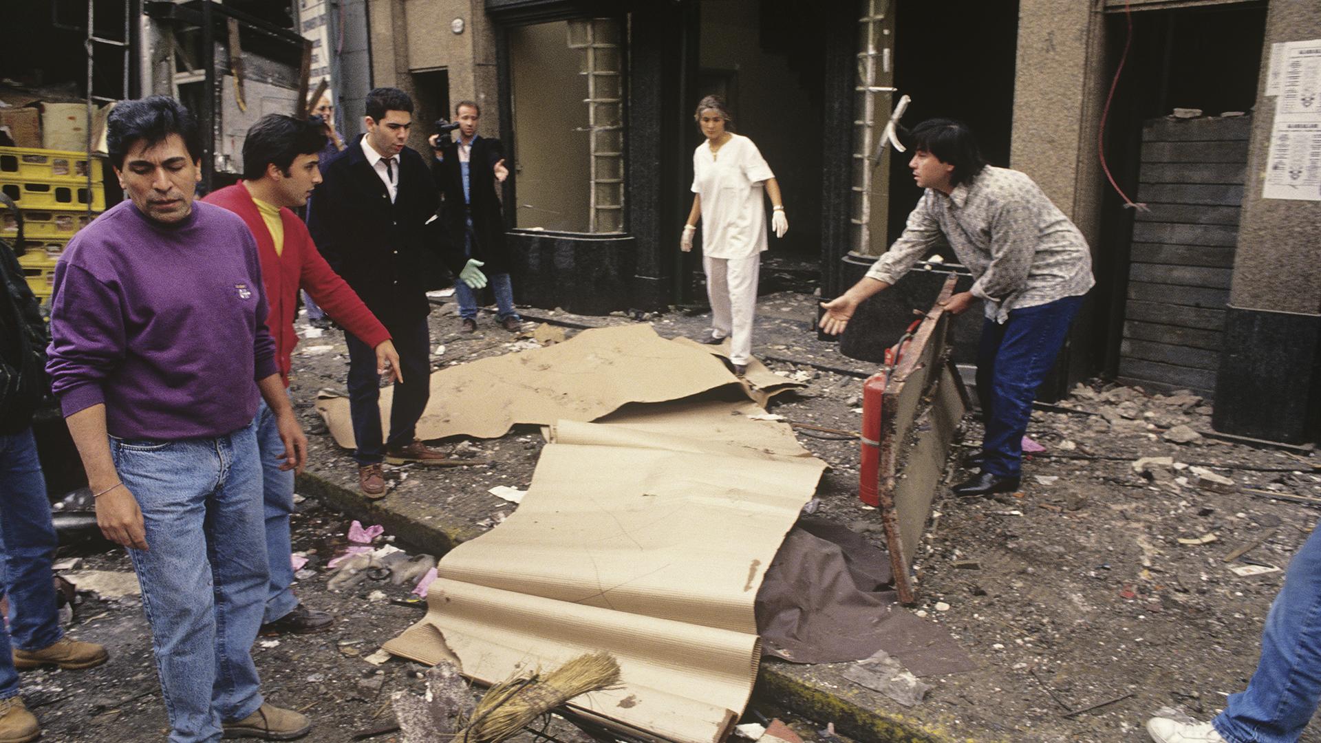 """""""Evidentemente abajo de los cartones había cuerpos sin vida. Esto yafue pasando Pasteur 633. Seguí caminando por la calle y todavía no había subido a los escombros"""", narró el fotógrafo. Sus imágenes fueron muyreproducidas en los medios de comunicación a lo largo de25 años (Julio Menajovsky)"""