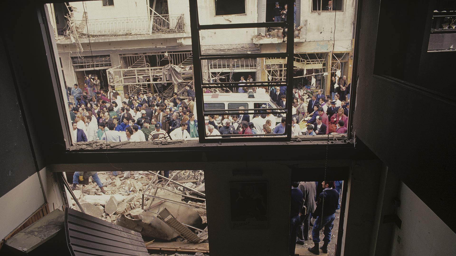"""Julio quiso subirse a un edificio lindero para fotografiar el desastre desde arriba, pero no lo dejaron porque había riesgo de derrumbe. """"Me pareció que desde adentro de una casa podía aportar un punto de vista distinto"""", consideró el reportero gráfico (Julio Menajovsky)"""