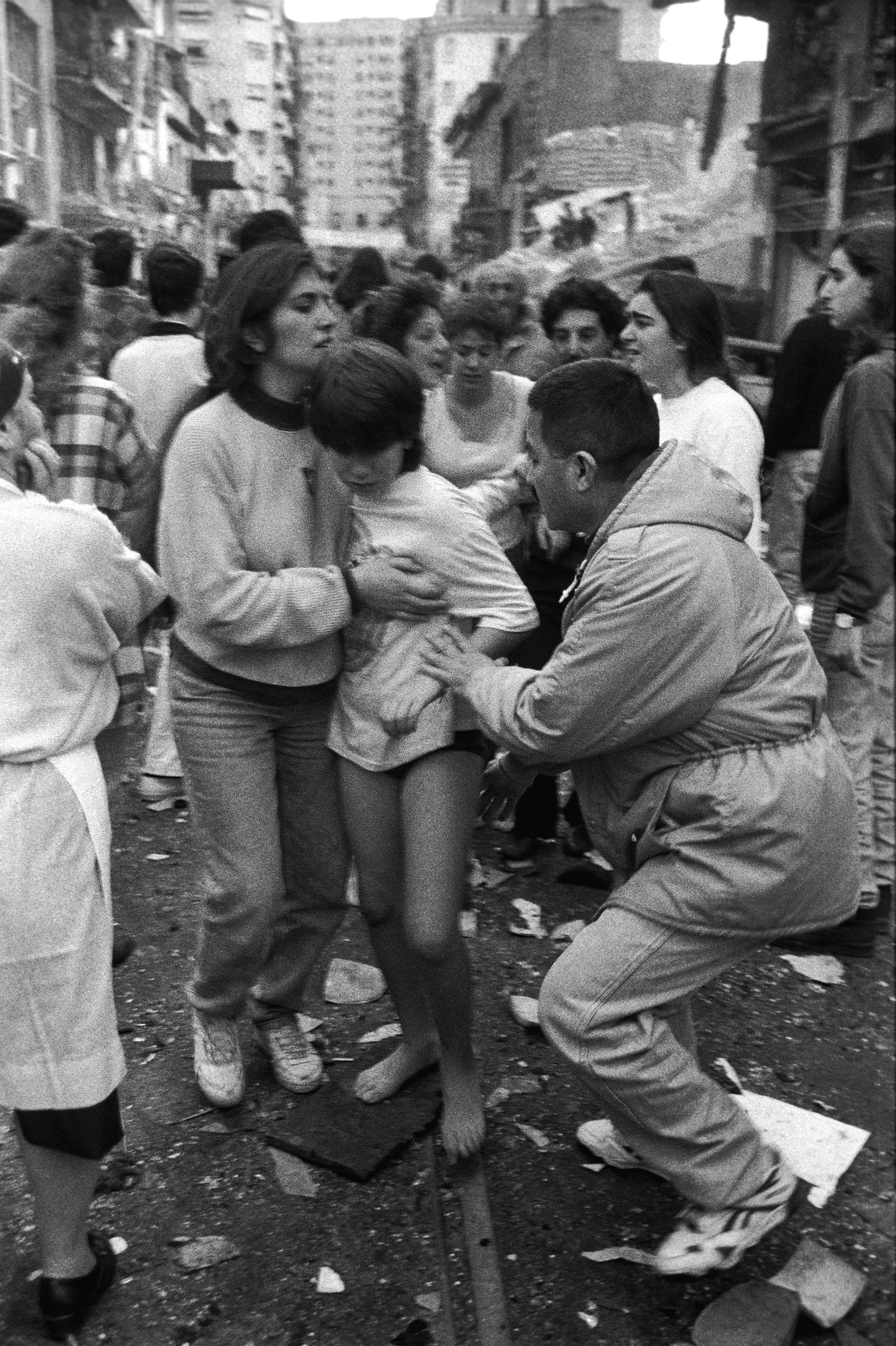 Un niño descalzo y sin pantalones escapando del drama fue una de las primeras fotografías que tomó Julio Menajovskydel atentado a la AMIA,minutos después de que una bomba asesinara a 85 personas y dejara más de 300 heridos (Julio Menajovsky)
