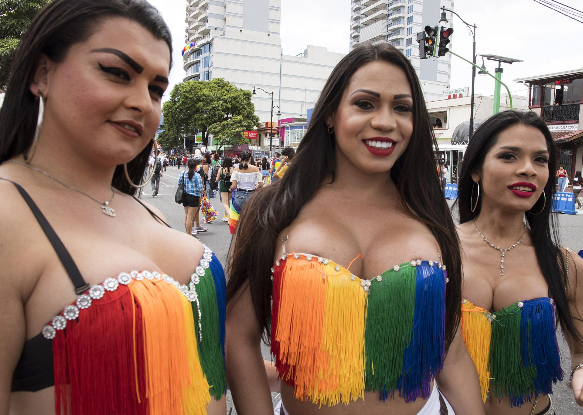 En San José, Costa Rica, el Gay Parade fue el 23 de junio. Los trajes más llamativos fueron unos corpiños realizados con flecos en honor a la bandera multicolor de la comunidad LGBTQI
