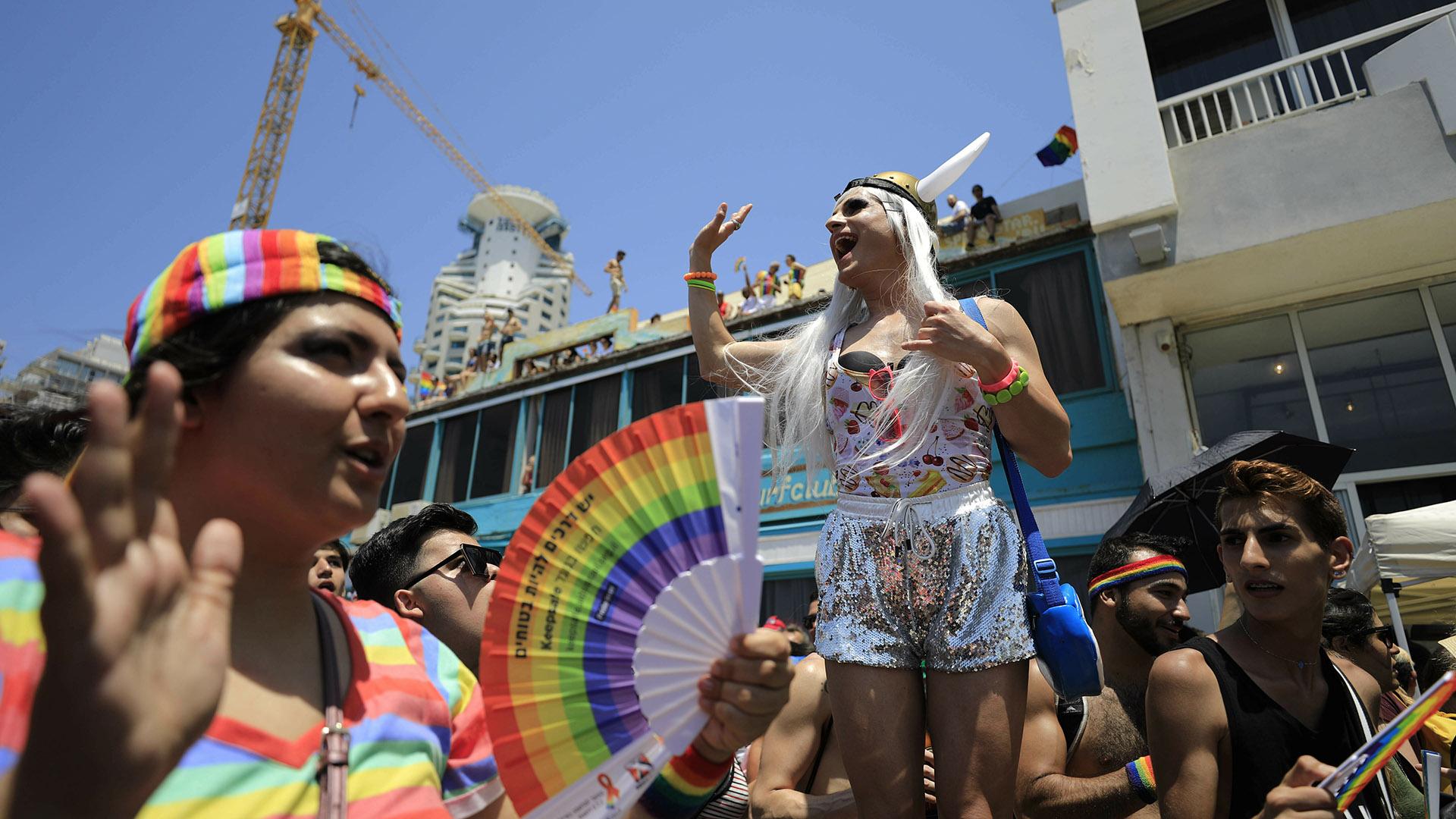 En Tel Aviv, Isreal, el Gay Pride fue el 14 de junio y miles de personas caminaron por las calles luciendo los llamativos trajes multicolores y brillantes. El desfile, que este año cumplió su vigésimo primer aniversario, es el más concurrido de la región con más de 250.000 participantes