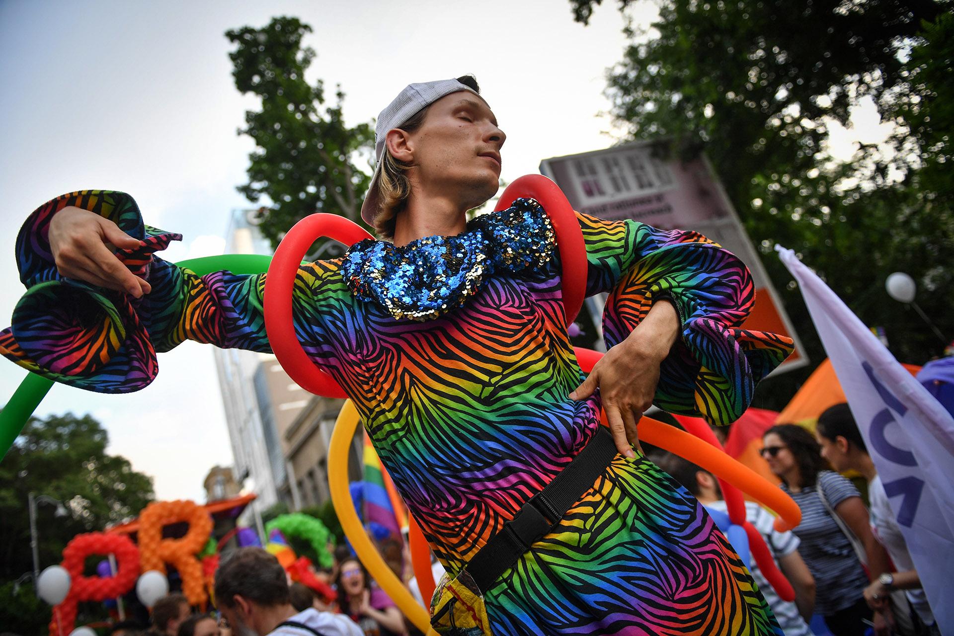 En Bucarest, Rumania, miles de personas celebraron el LGBTQI Pride Parade en el centro. Festejaron el hecho de que18 años se revocara el artículo número 200 de la Constitución que prohibía cualquier tipo de relación homosexual, tanto pública como privada. Familias, amigos,ONGS y comunidades pertenecientes al movimiento LGBTQI participaron para apoyar a la igualdad de los derechos humanos en Rumania