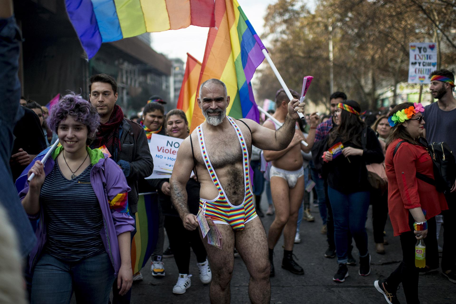En Santiago de Chile el desfile se realizó el 22 de junio y participaron más de 100.000 personas.La comunidad LGBTQI aspira a que Chile apruebe el matrimonio igualitario y la adopción de niños por parte de parejas del mismo sexo