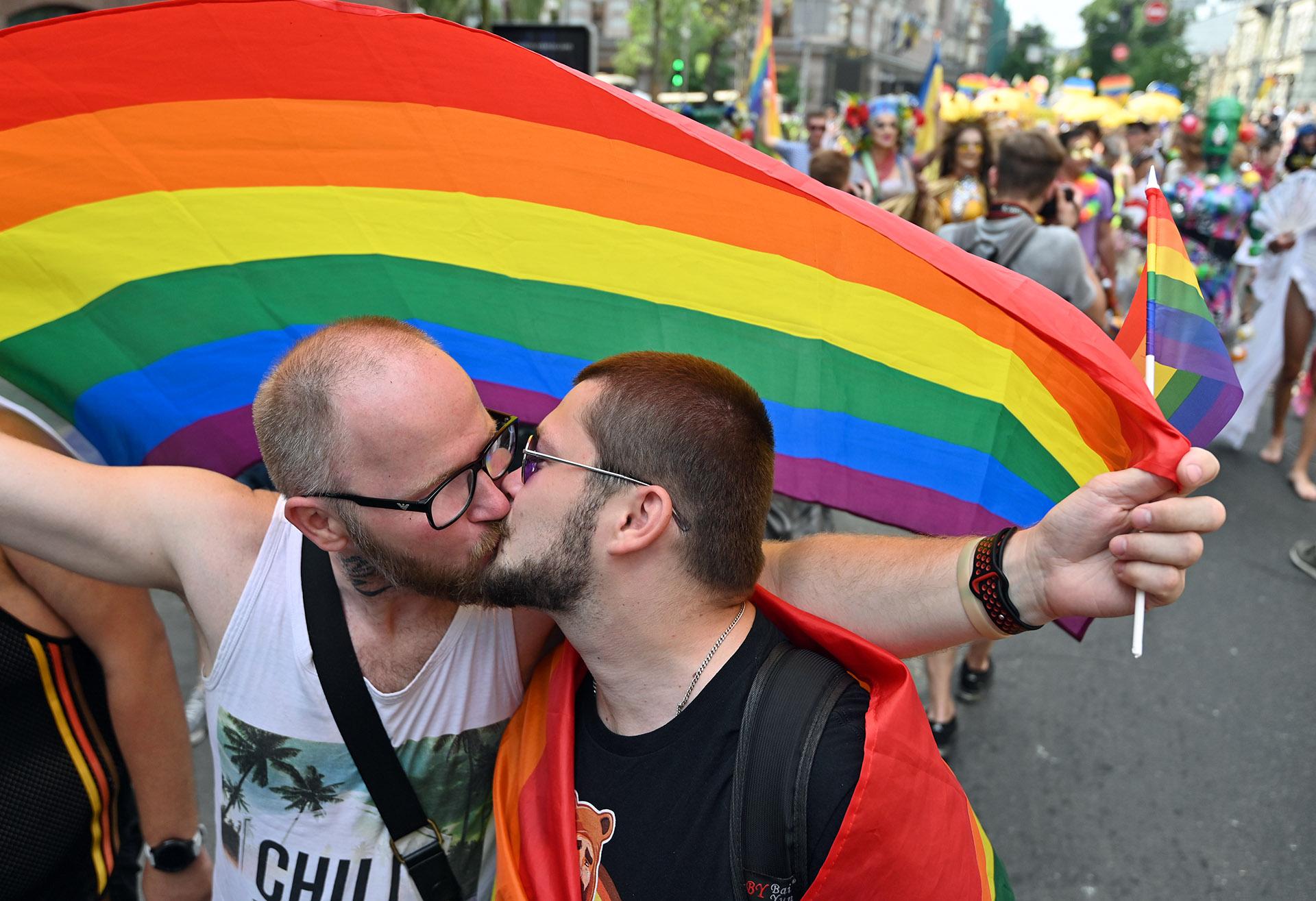En Ucrania el festejo del Orgullo Gay casi es opacado por activistas que se oponían a la celebración. Pero, a pesar de todo,pudieron llevar adelante el desfile y celebrarsu amor y orgullo