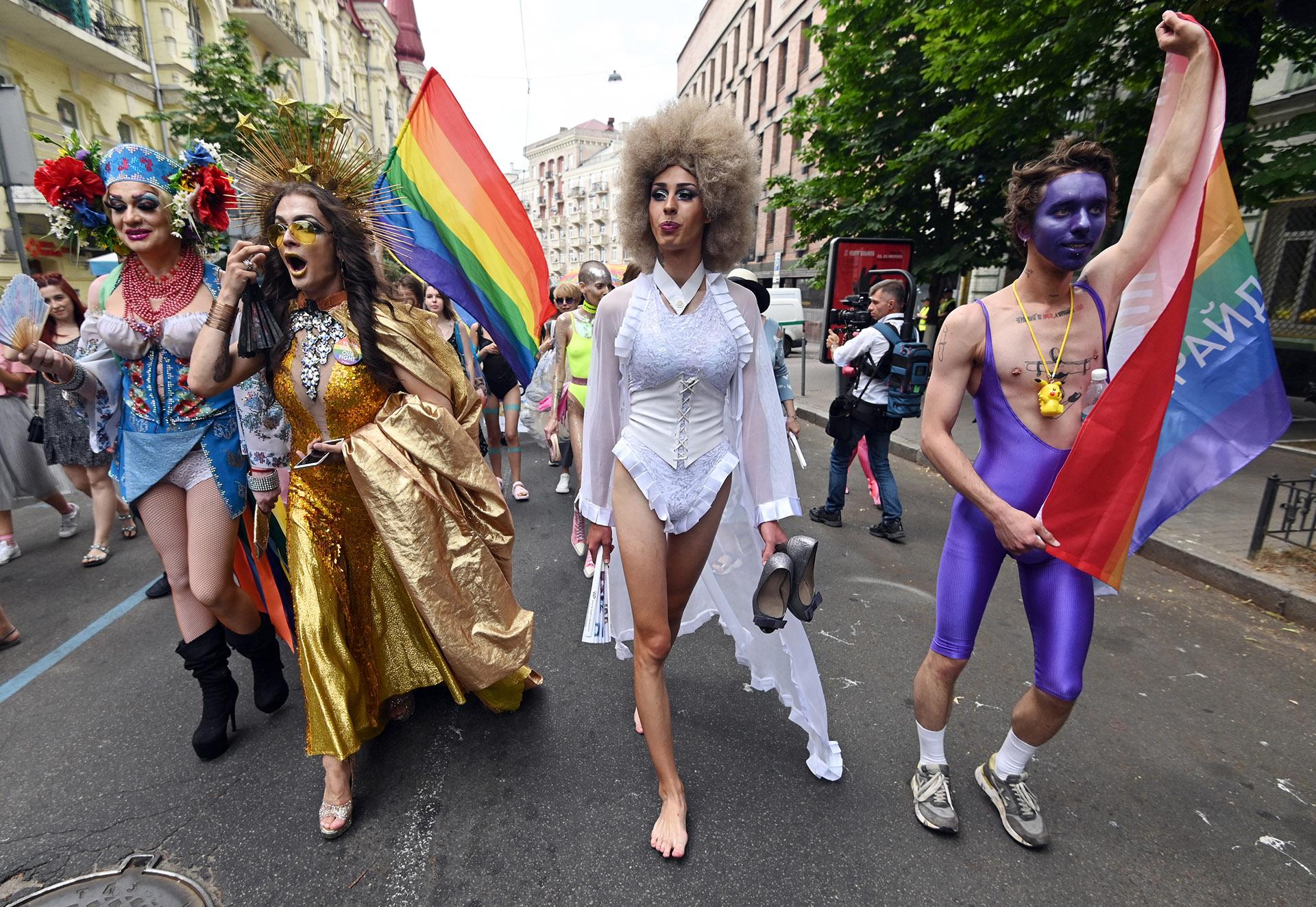 En Kiev, Ucrania, más de 8.000 personas participaron del desfile anual del Orgullo Gay realizado el 23 de junio. Caracterizados con vestimenta típica ucraniana y con banderas del movimiento LGTBIQ, marcharon por el centro de la capital con policías escoltándolos y tropas de la Guardia Nacional