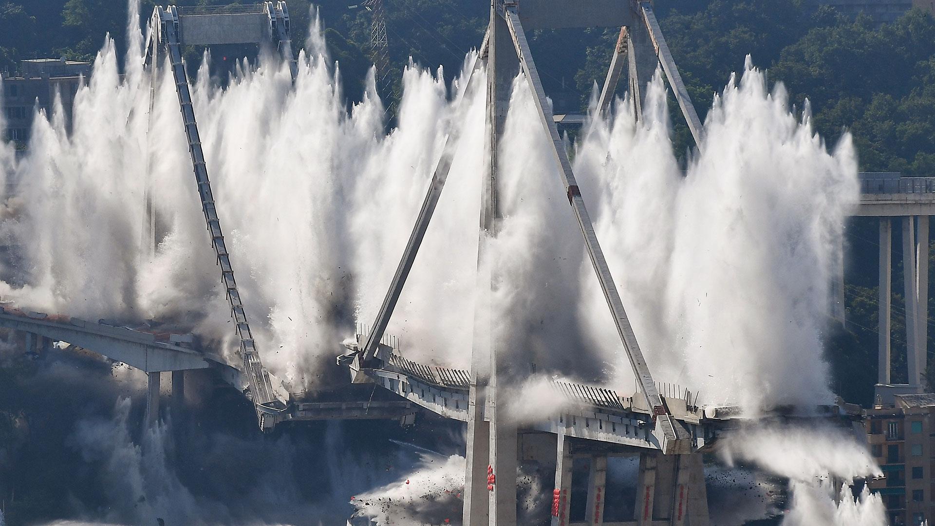 Cargas explosivas volaron los pilones orientales del puente Morandi de Génova este 28 de junio (AFP)