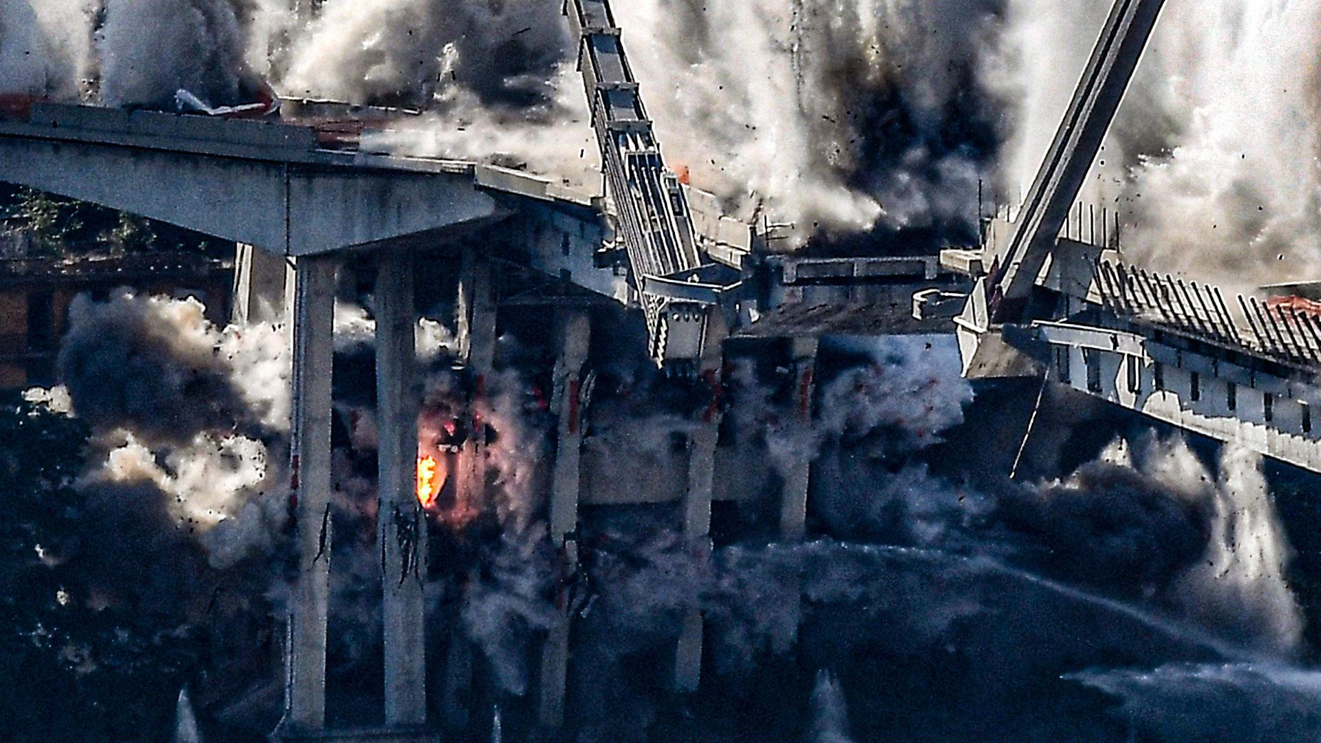 El derrumbe parcial del puente durante una tormenta causó 43 muertos y decenas de heridos.(AFP)