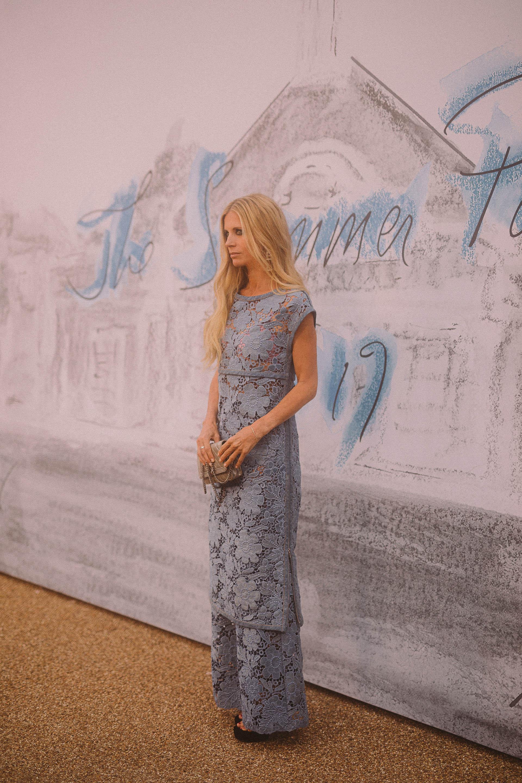 Laura Bailey, embajadora de Chanel, prefirió un vestido y pantalones azul claro