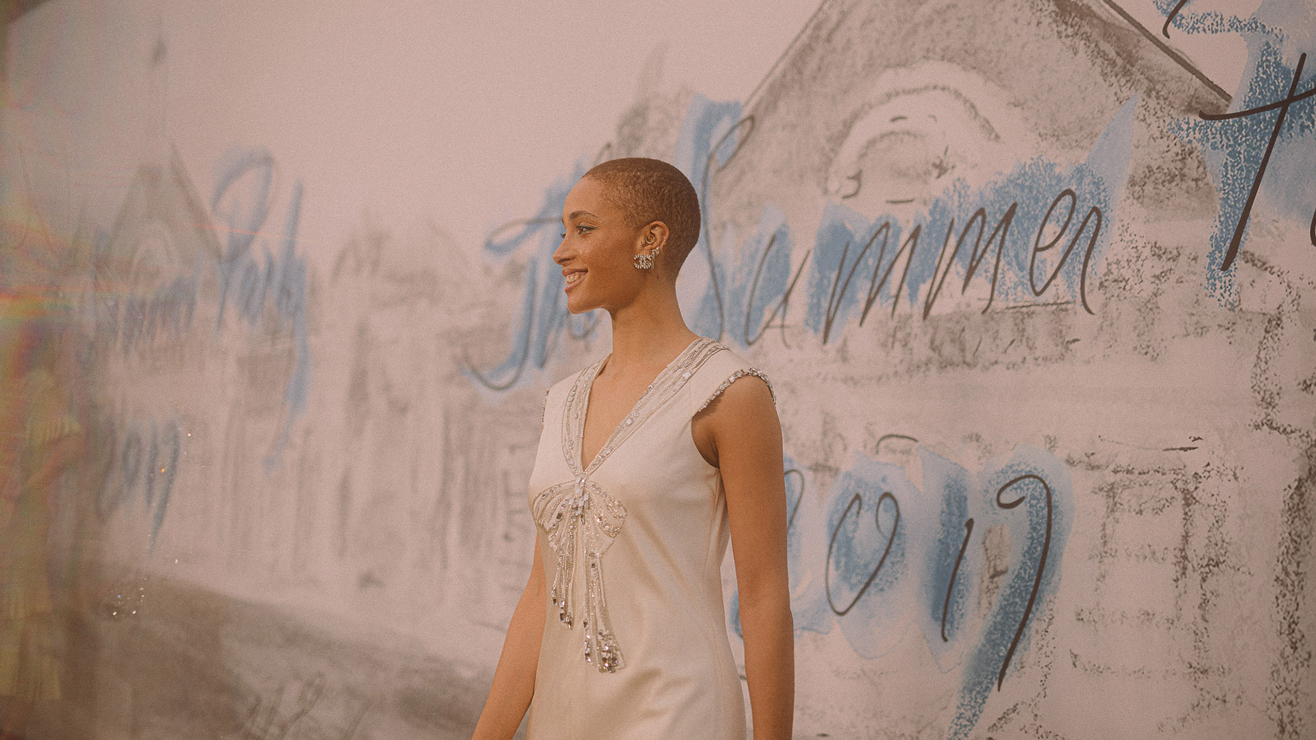 La modelo, Adwoa Aboah, fue una de las primeras en llegar a la fiesta, para festejarSerpentine Pavilion 2019 junto a Chanel