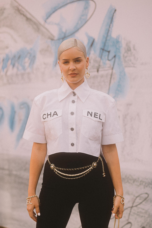 Anne-Marie, cantante inglesa, llevó una blusa blanca de algodón? con un mono en crepé elástico en color negro
