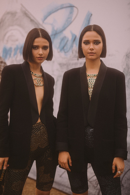 Sofia y Anna Kuprienko, del dúo musical Bloom Twins, llevaron chaquetas de lana negra de la pre-colección Primavera-Verano Ready-to-Wear 2018 /// Fotos: Gentileza Chanel