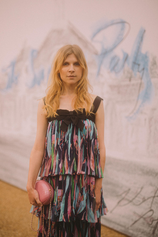 La actriz francesa, Clémence Poesy, lució un vestido azul marino, verde y rosa de gasa estampada