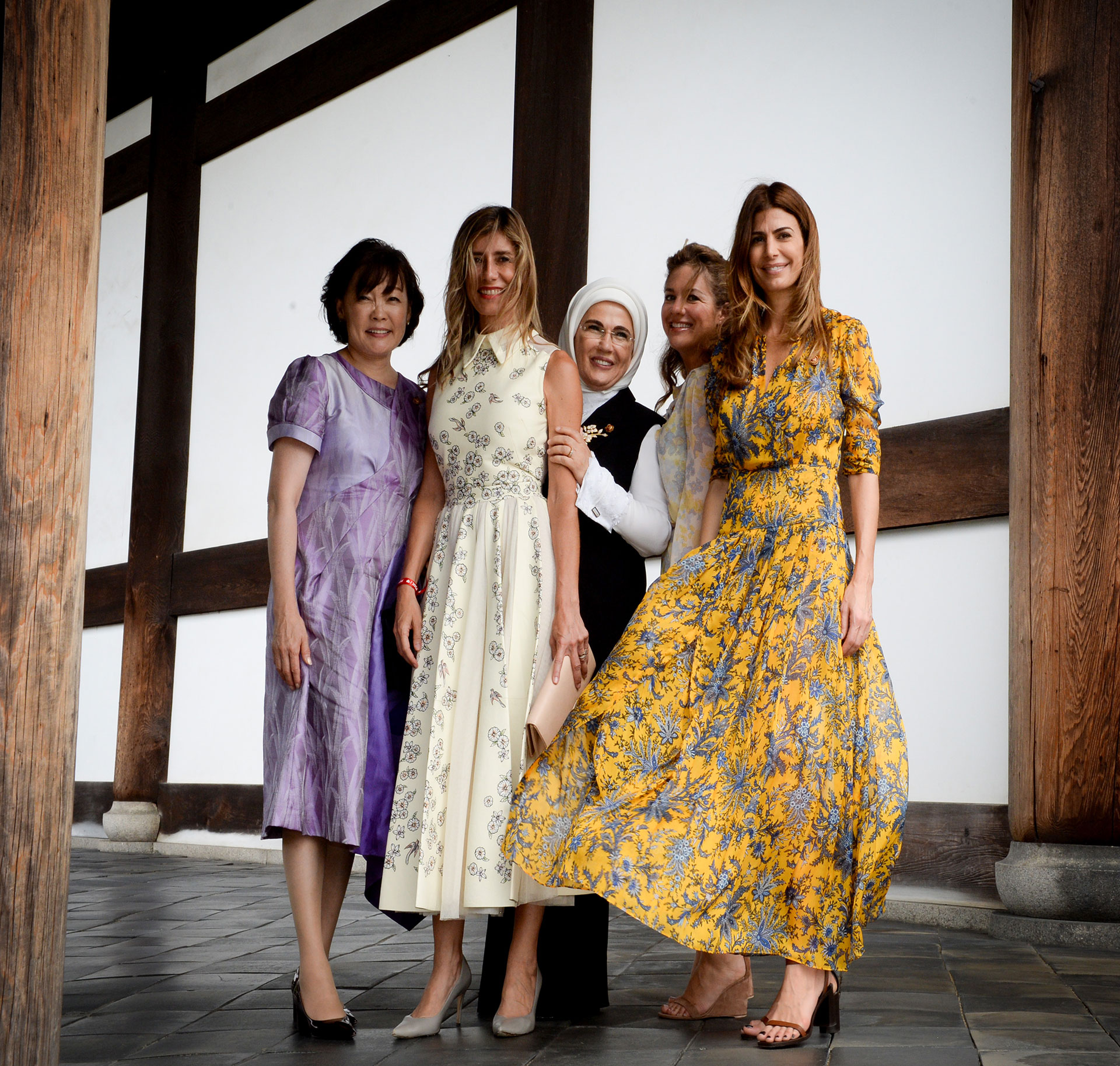 La Primera Dama, Juliana Awada, con sus pares: de izquierda a derecha: Akie Abe (Japón) Begoña Gómez (España), Emine Erdoğan (Turquía) y Sophie Trudeau (Canadá)