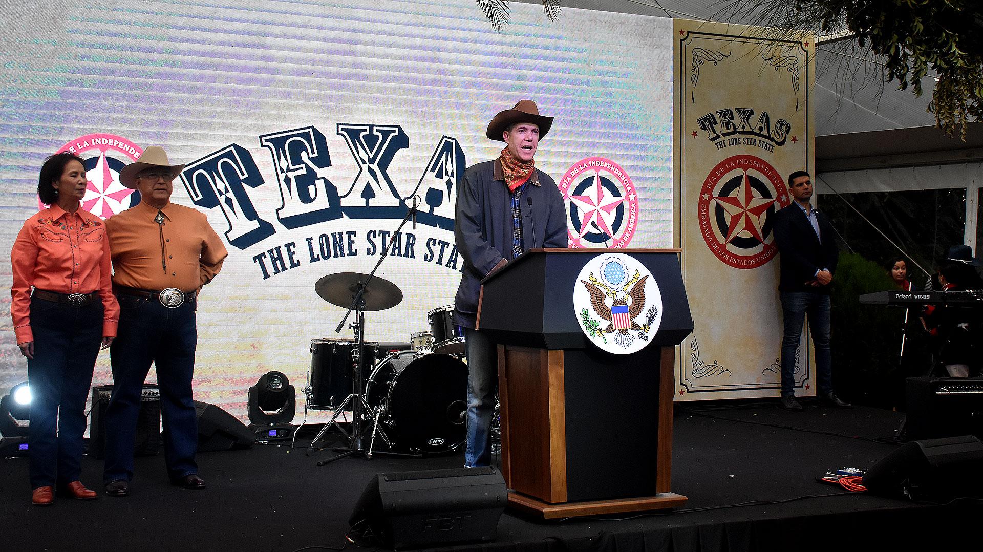 Mark Leoni, cónsul general, brindó un breve discurso de bienvenida
