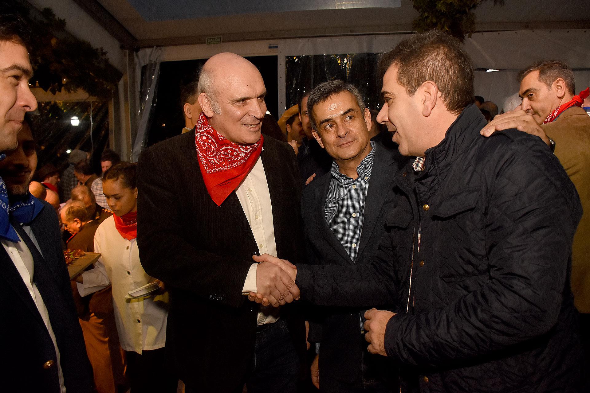 José Luis Esperty Luis Rosales saludando al ministro de seguridad bonaerense Cristian Ritondo