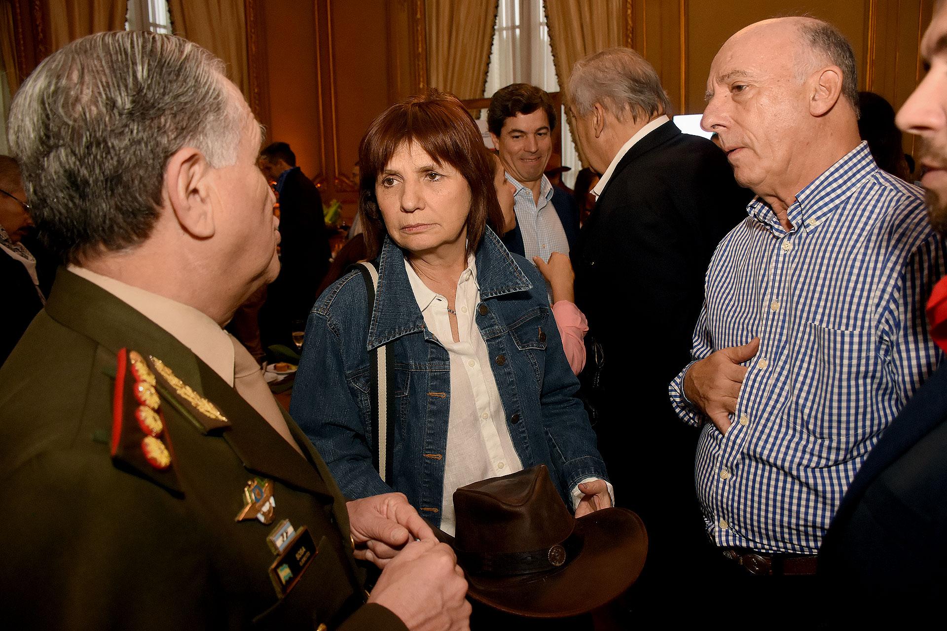 La ministra de Seguridad, Patricia Bullrich, estuvo entre los 400 invitados de la embajada