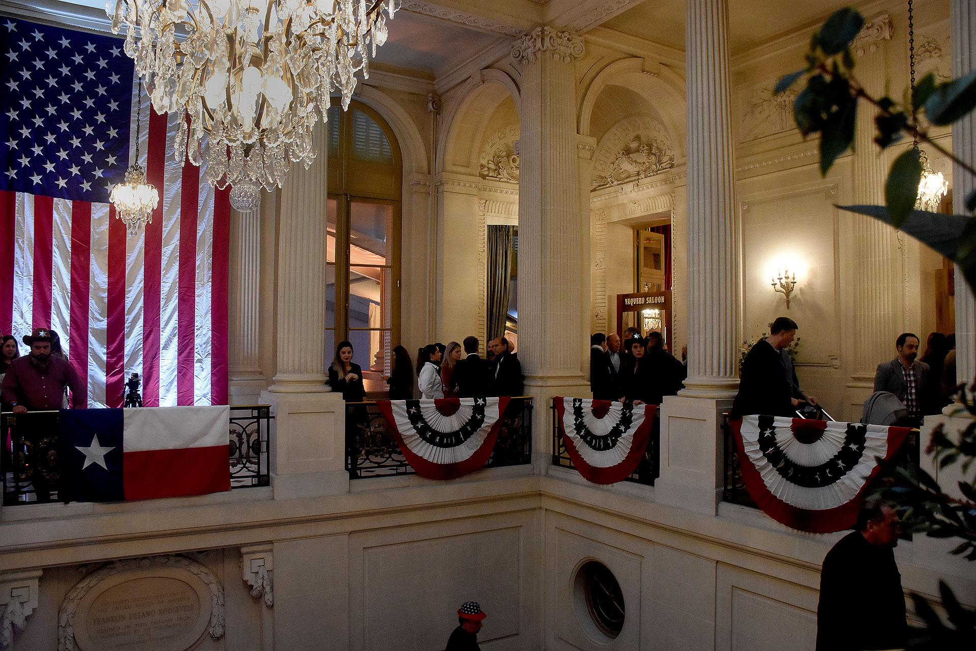 El Palacio Bosch decorado con los colores de la bandera de los Estados Unidos para festejar el Día de la Independencia