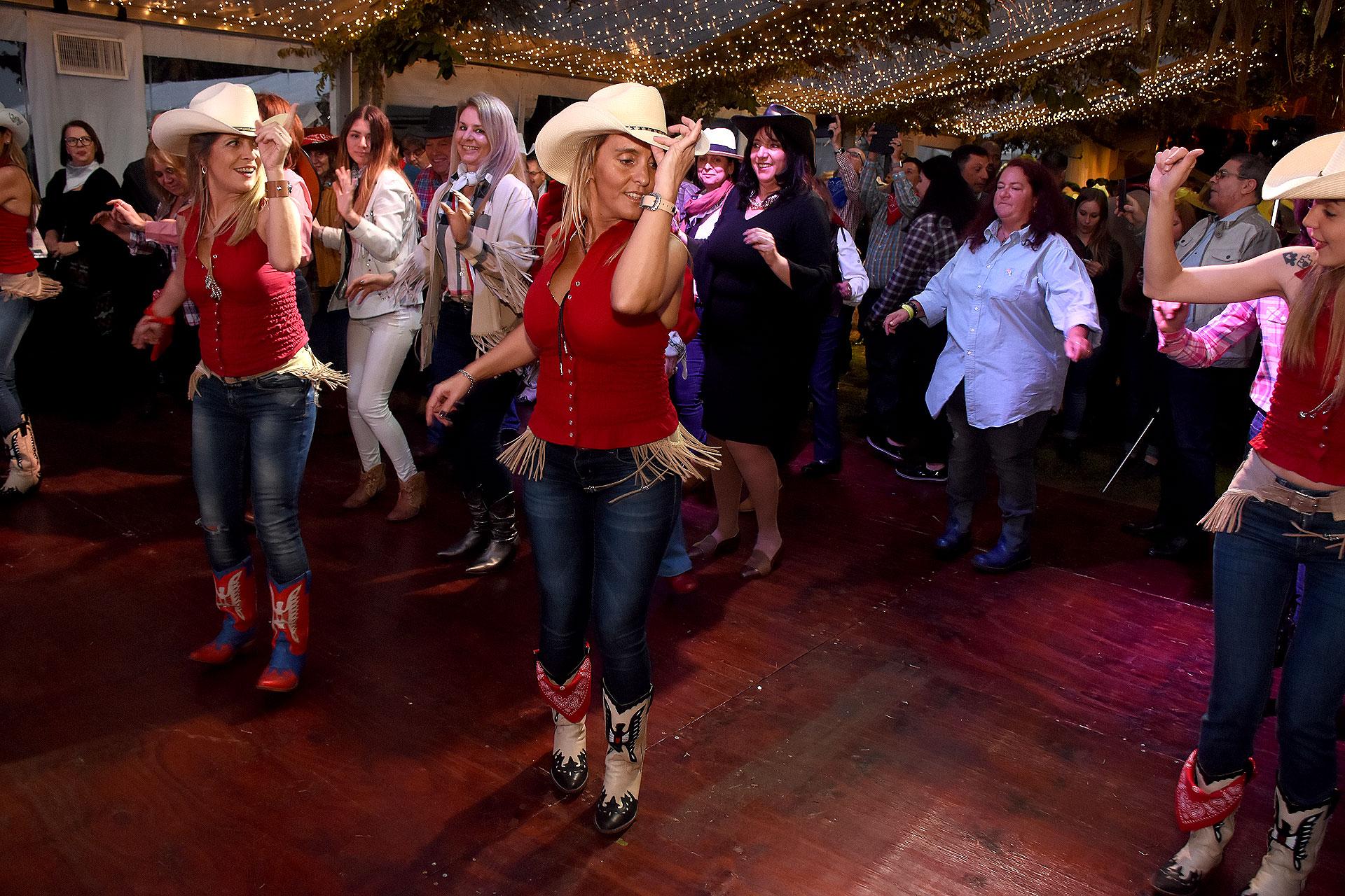 Música country con coreografía para festejar el 4 de julio