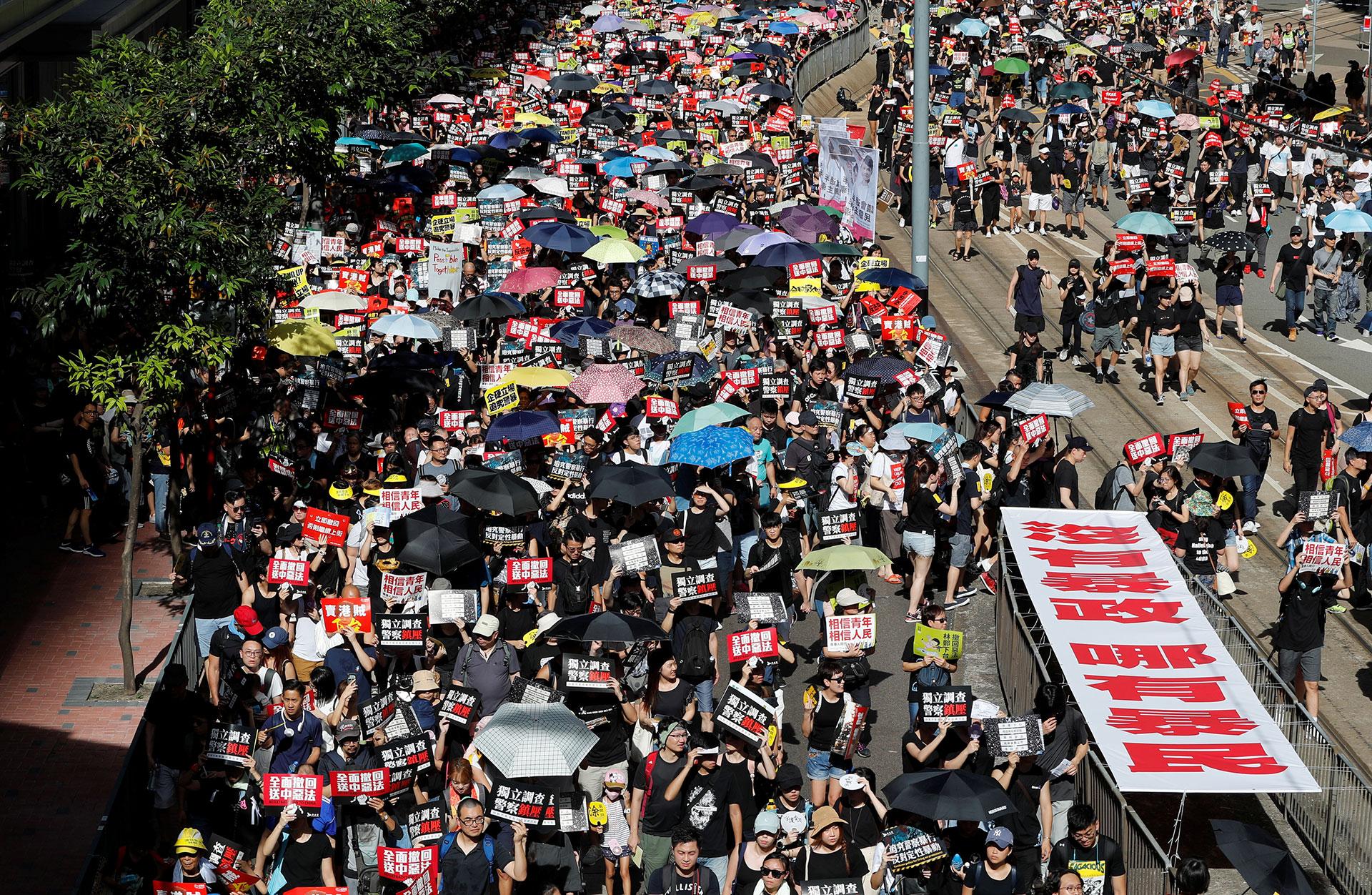 Los manifestantes contra el proyecto de ley contra la extradición marchan durante el aniversario de la entrega de Hong Kong a China en Hong Kong, China, el 1 de julio de 2019. (Reuters / Tyrone Siu)