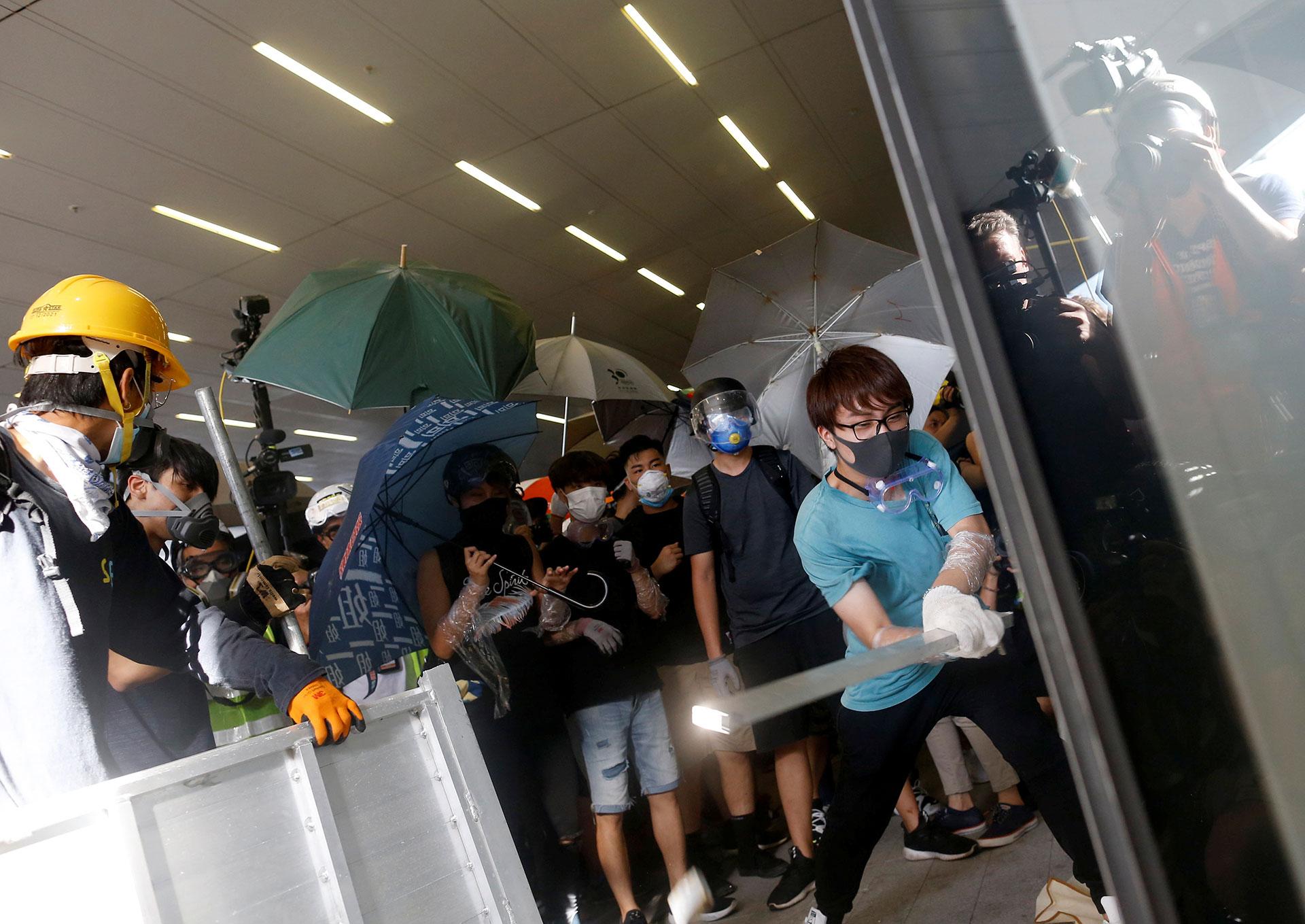 Los manifestantes intentan irrumpir el edificio. (Reuters / Thomas Peter)