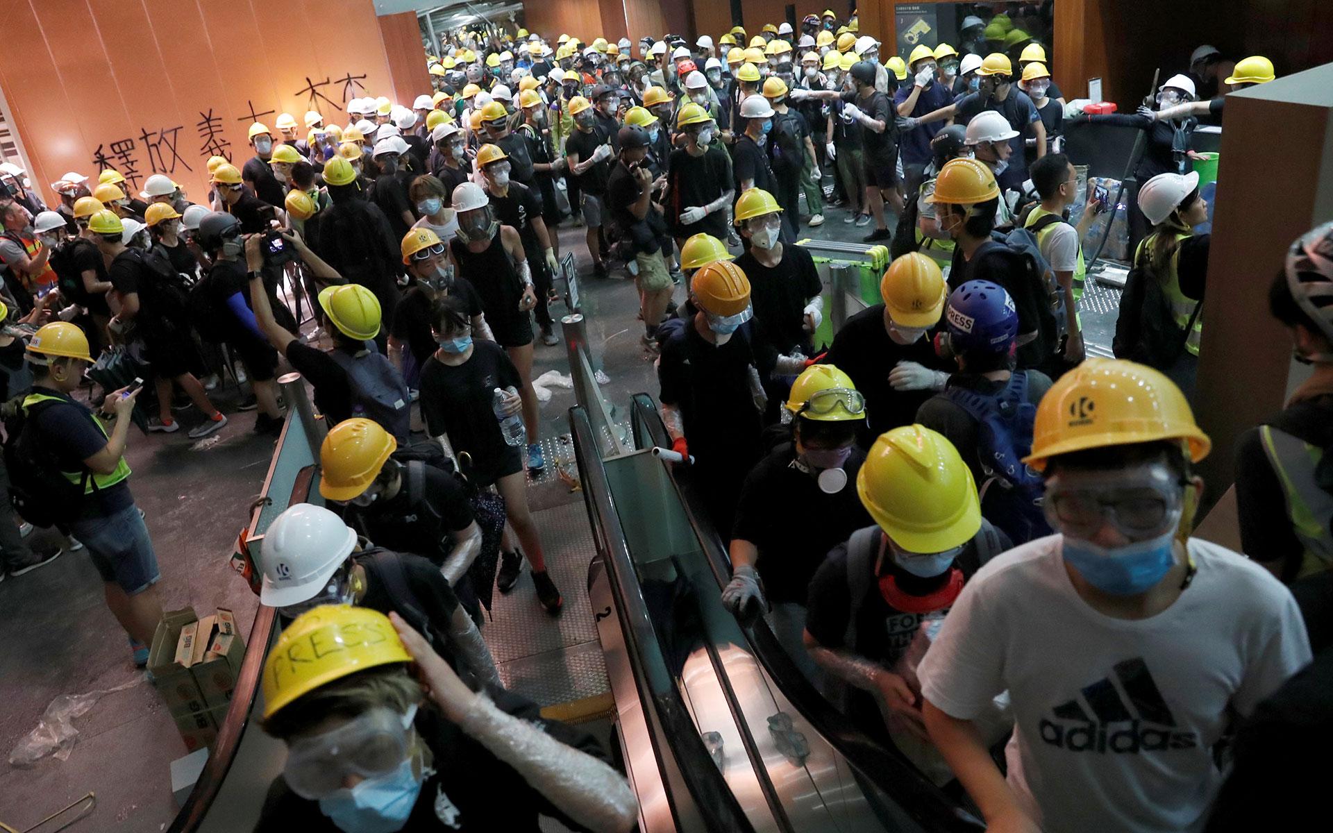 Los manifestantes irrumpen en el edificio del Consejo Legislativo durante el aniversario de la entrega de Hong Kong a China. (Reuters / Tyrone Siu)