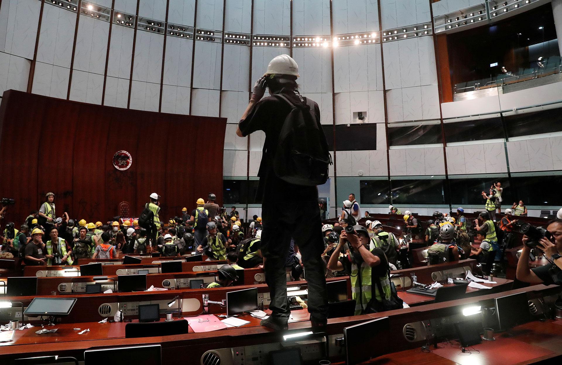 Los manifestantes dentro del Salón de Plenos de el Consejo Legislativo de Hong Kong (Reuters)