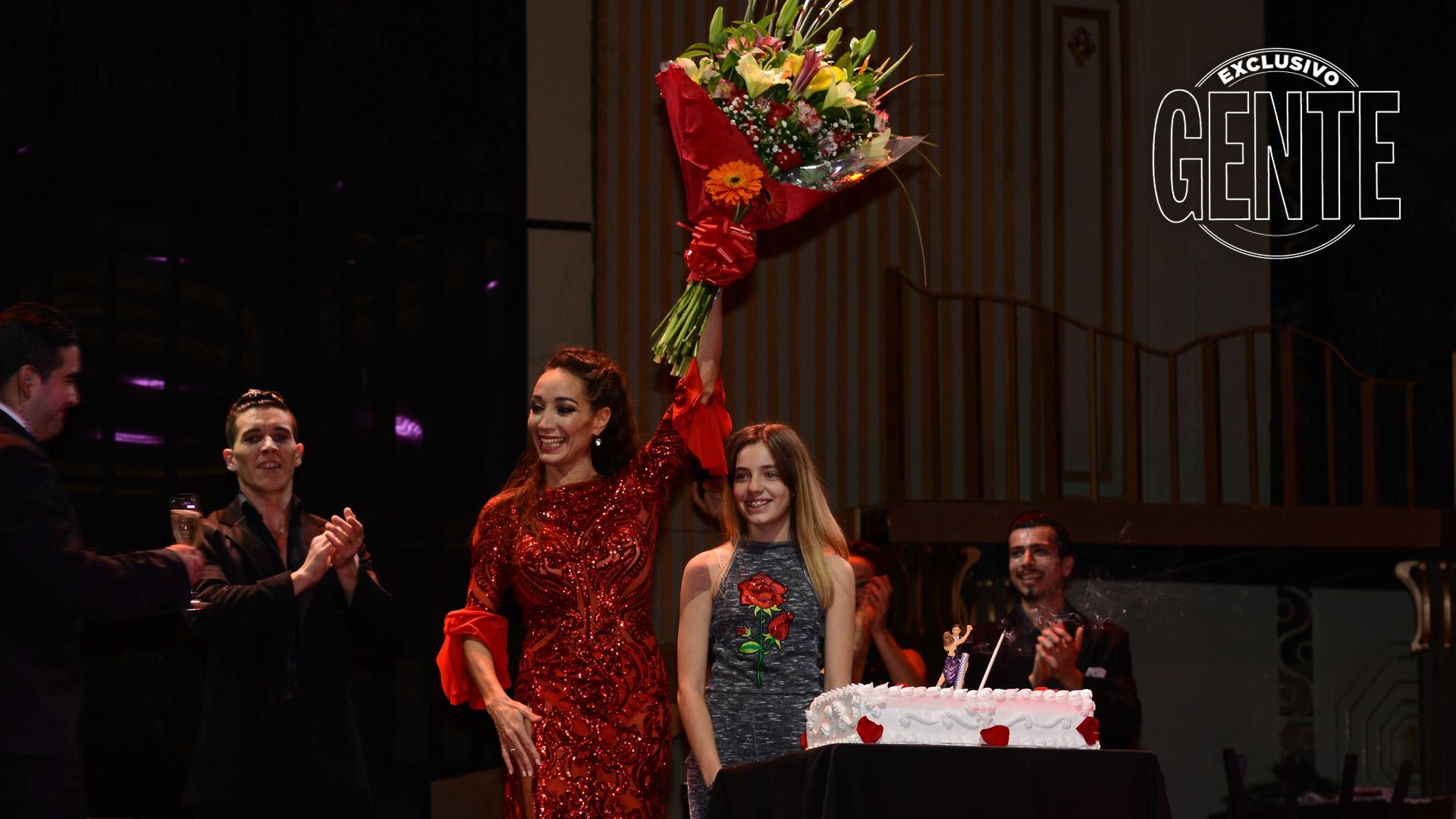 El inicio del festejo de cumpleaños de Mora Godoy, al final de la función con torta, ramo de flores y su hija Blanca.