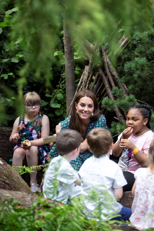 Allí, en el espacio verde, la Duquesa de Cambridge recibió a un grupo de niños para pasar una tarde de juegos y aventuras