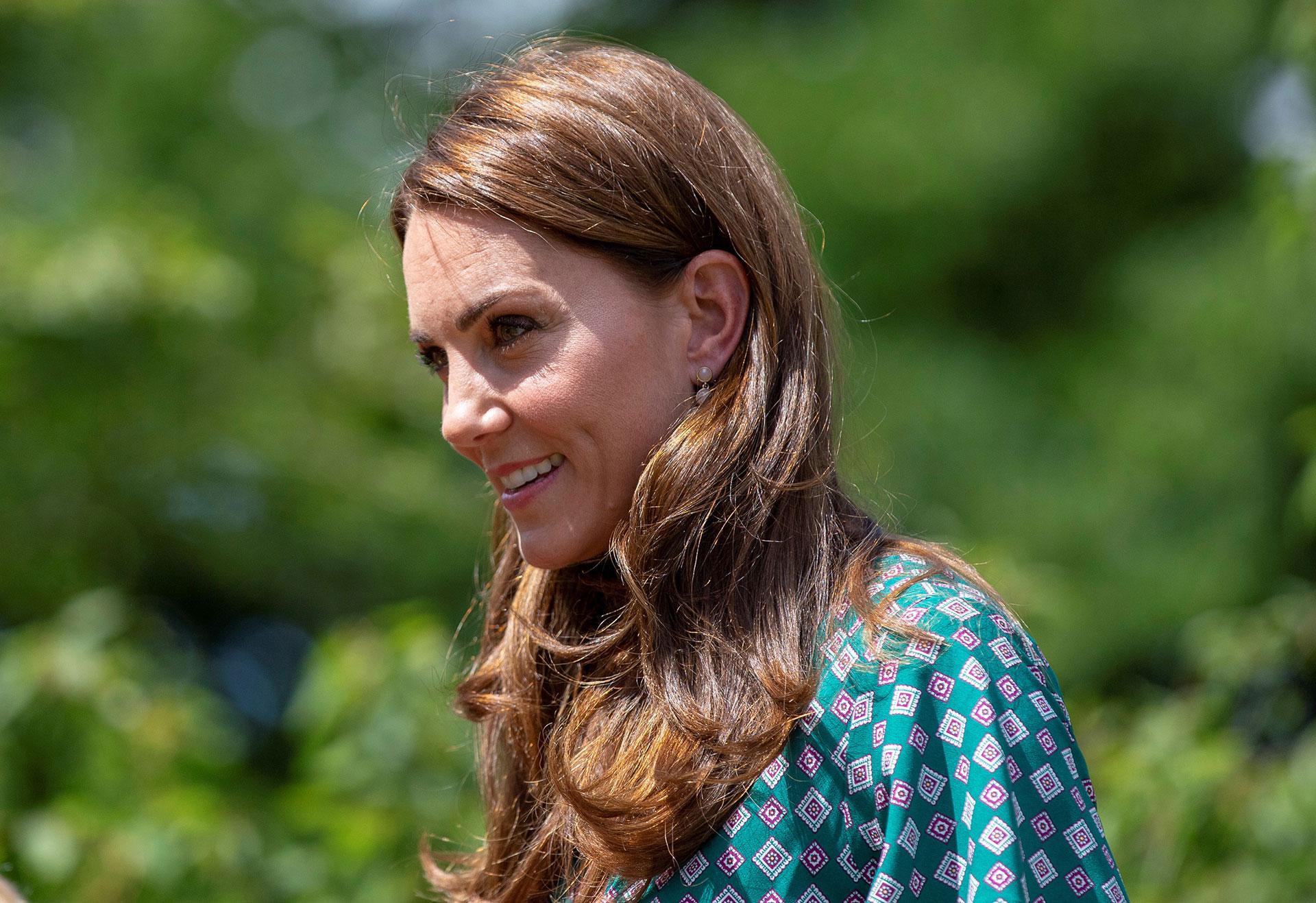 Para la ocasión al aire libre, Kate optó por lucir un vestido cómodo sin dejar atrás la elegancia. Una piezade la firma francesa Sandroy de estampa geométrica. Llevó el pelo suelto y aros de una firma low cost /// Fotos: AFP
