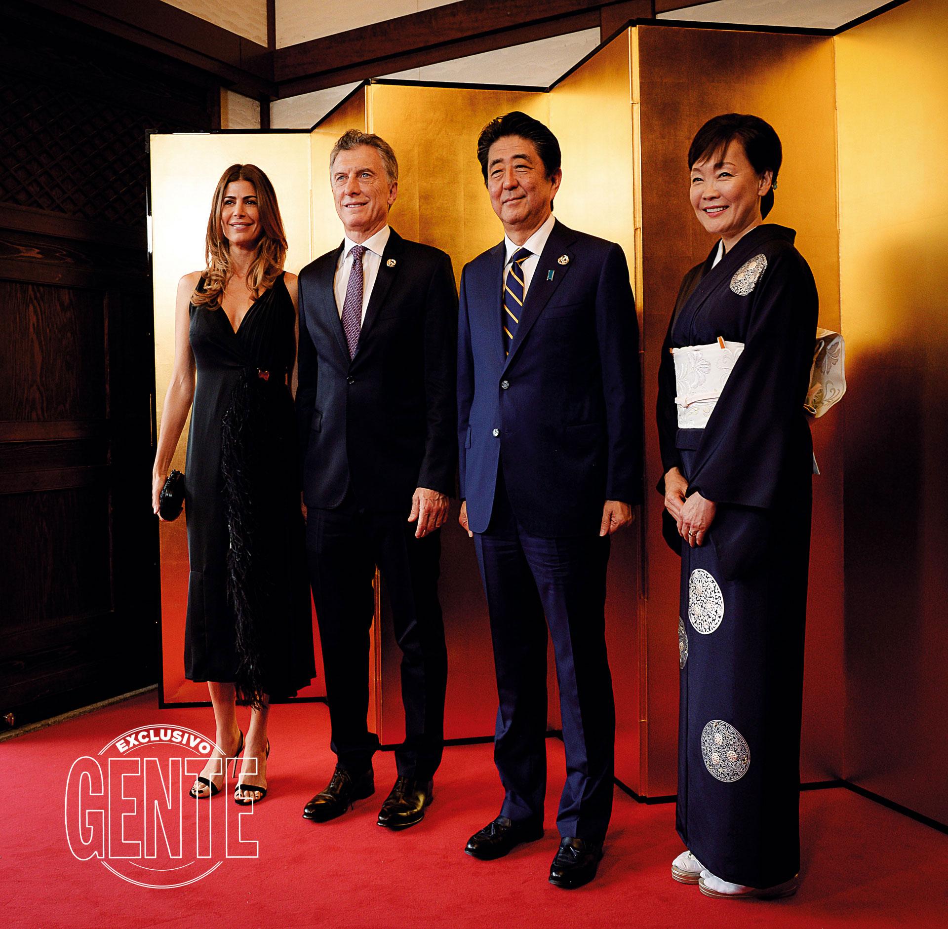 El viernes y sábado pasados, durante la reunión de la cumbre del G20, con los jefes de Estado y de Gobierno en Japón, Juliana deslumbró con su total black look a cargo de Prada y sus características sandalias desnudas.