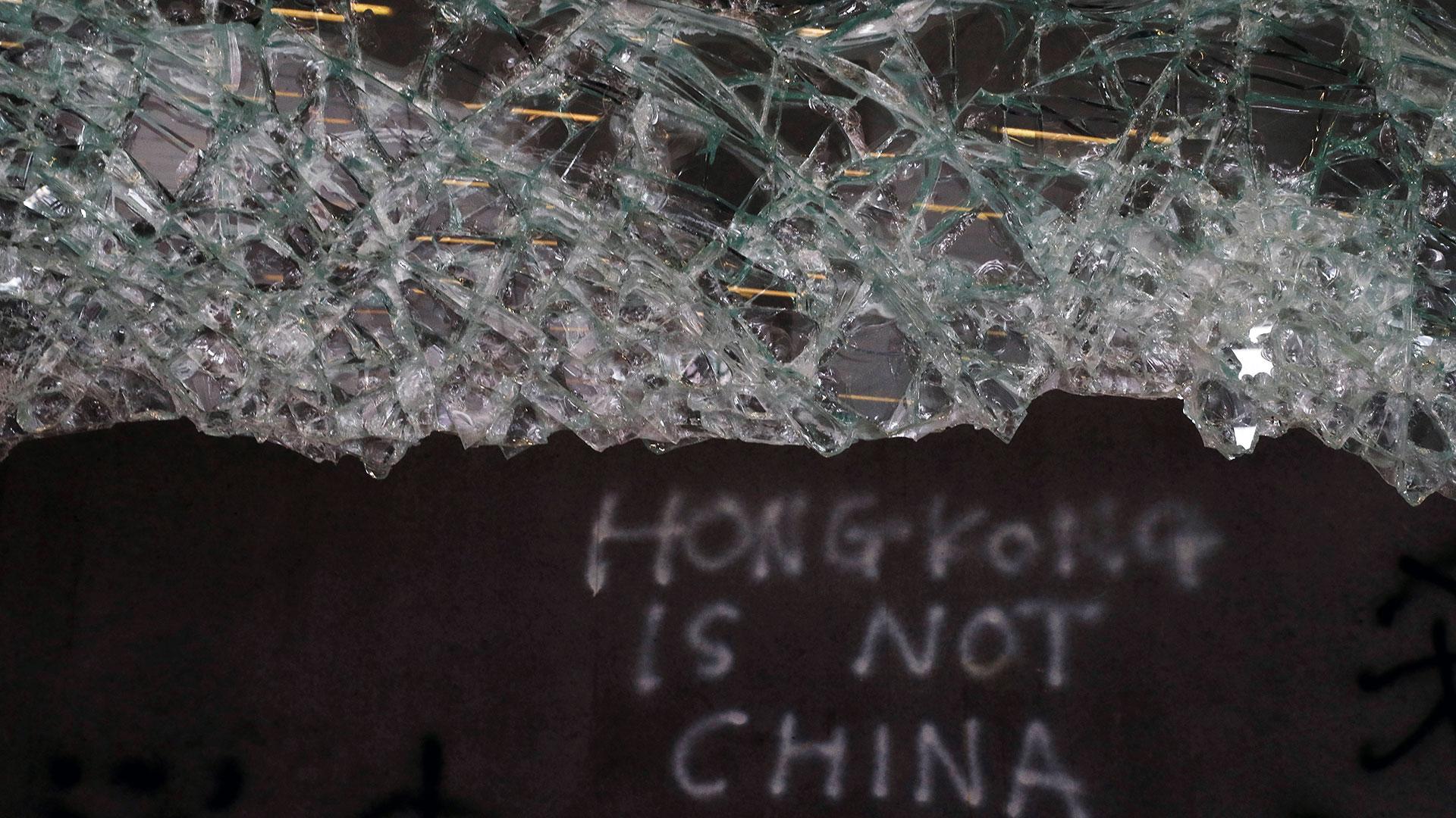 """""""Hong Kong no es China"""", el mensaje que dejaron los manifestantes dentro del Parlamento"""