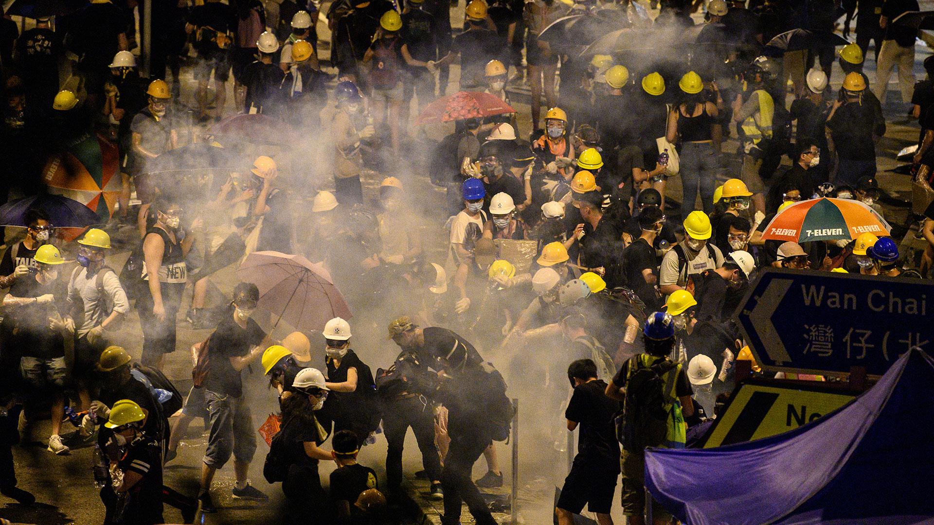 Una bomba de gas estalla y dispersa a un grupo que protestaba cerca del Parlamento