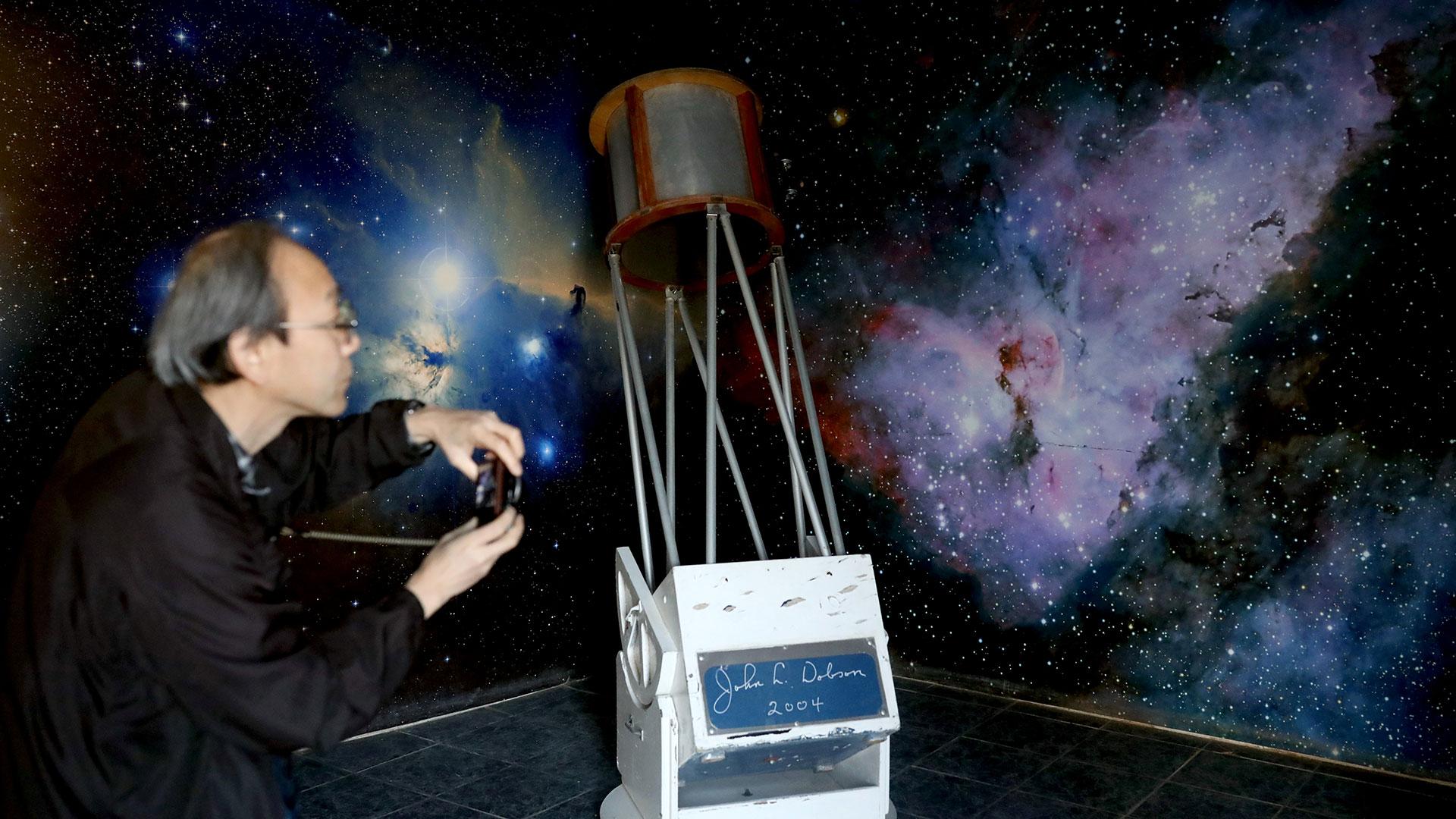 Un turista toma fotografías junto a un viejo telescopio en el Observatorio Mamalluca de Valle del Elqui (Reuters)