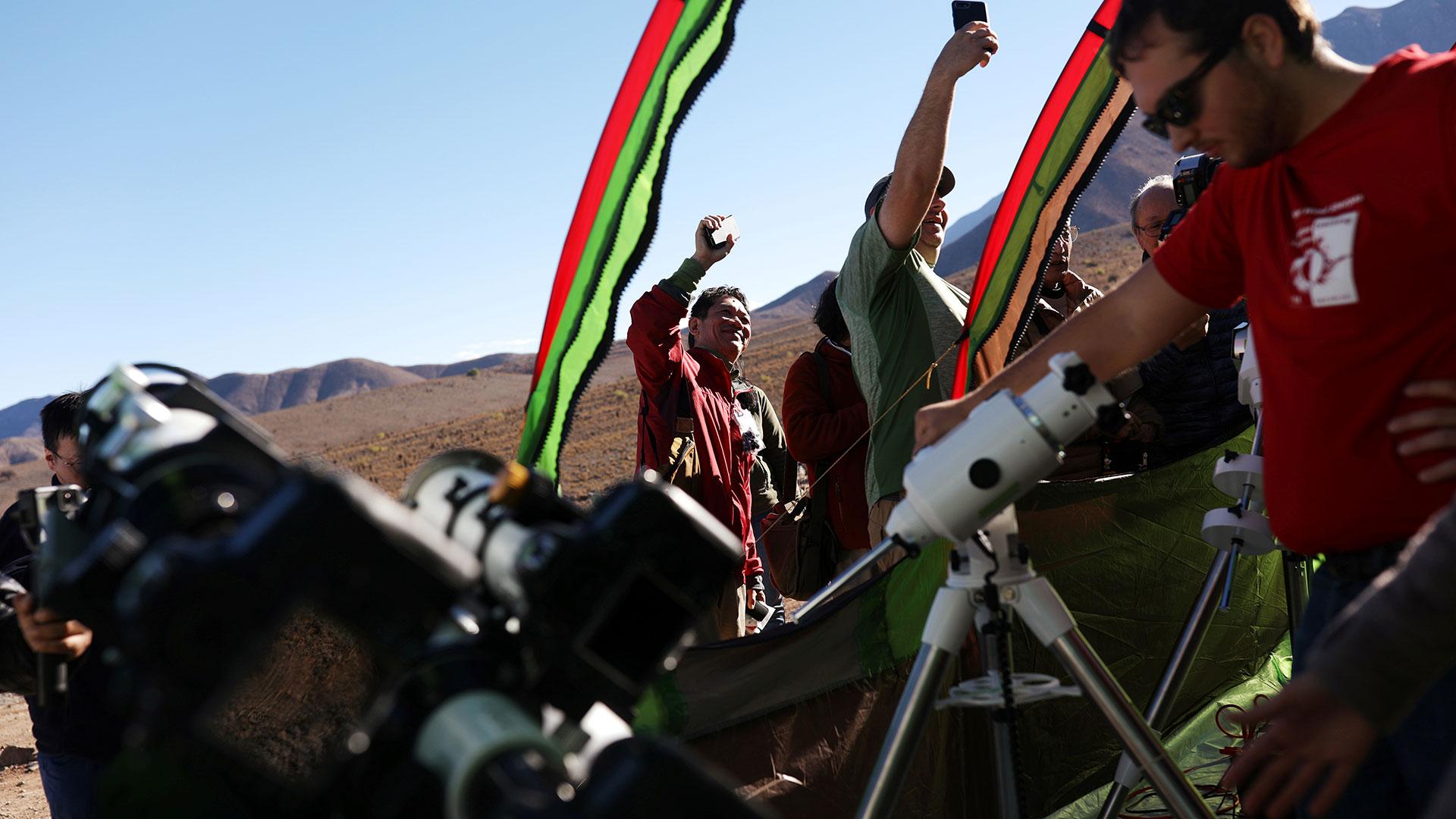 Científicos preparan telescopios para apreciar el fenómenoen el Observatorio Mamalluca, en el Valle del Elqui (Reuters)