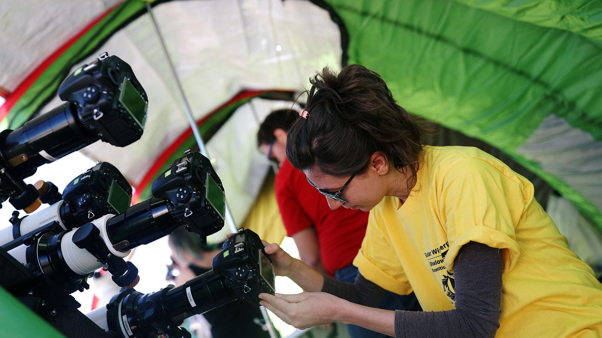 Tulin Bedel, miembro de los Sherpas de Viento Solar, prepara su equipo (Reuters)