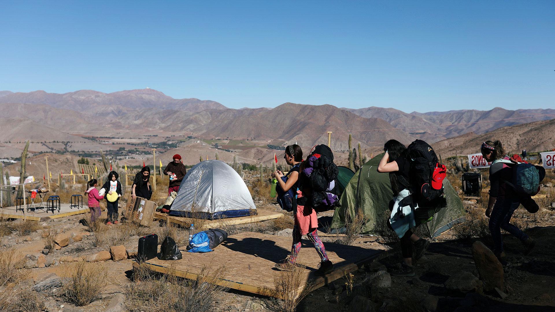 Los turistas llegan a un campamento antes del eclipse total de sol que tendrá lugar este 2 de julio, en el Observatorio Mamalluca, en el Valle del Elqui. (Reuters)