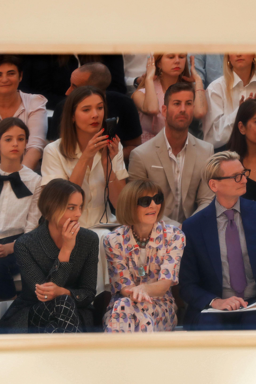 Margot Robbie junto a Anna Wintour siguiendo de cerca la última propuesta de Chanel