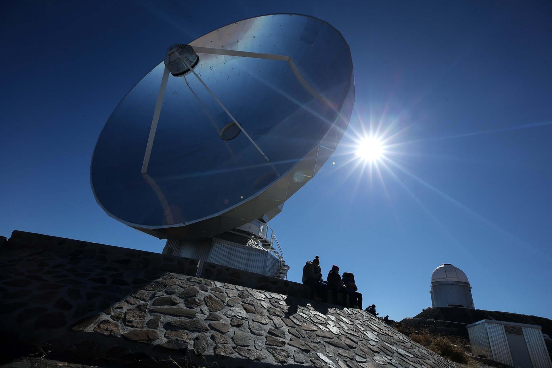 Personaslistaspara ver el eclipse solar total este martes en el Observatorio de La Silla, situado en la región de Coquimbo, Chile (EFE/Alberto Valdés)
