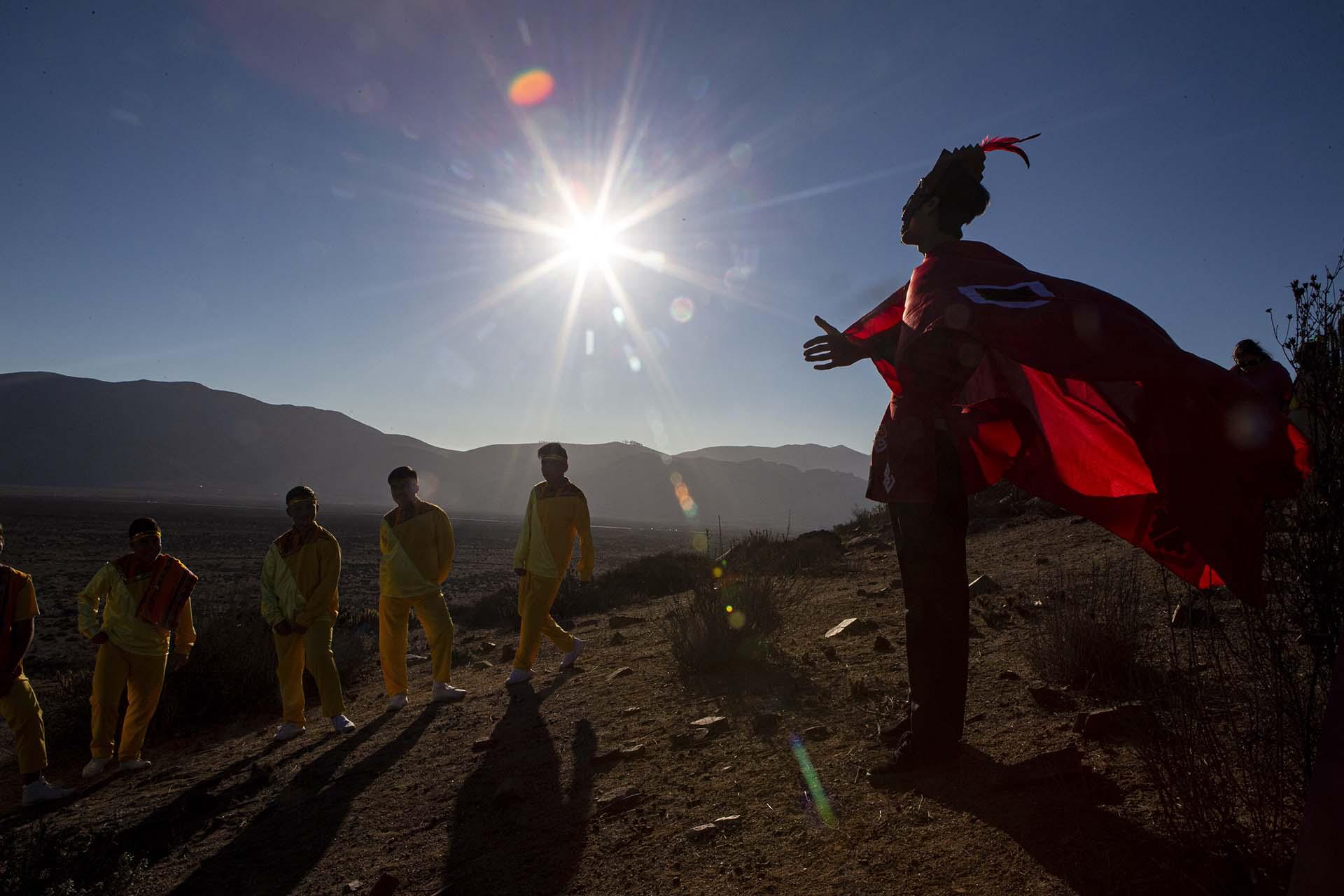 Un joven vestido de chamán en La Higuera antes del eclipse total de sol (AP Photo/Esteban Felix)