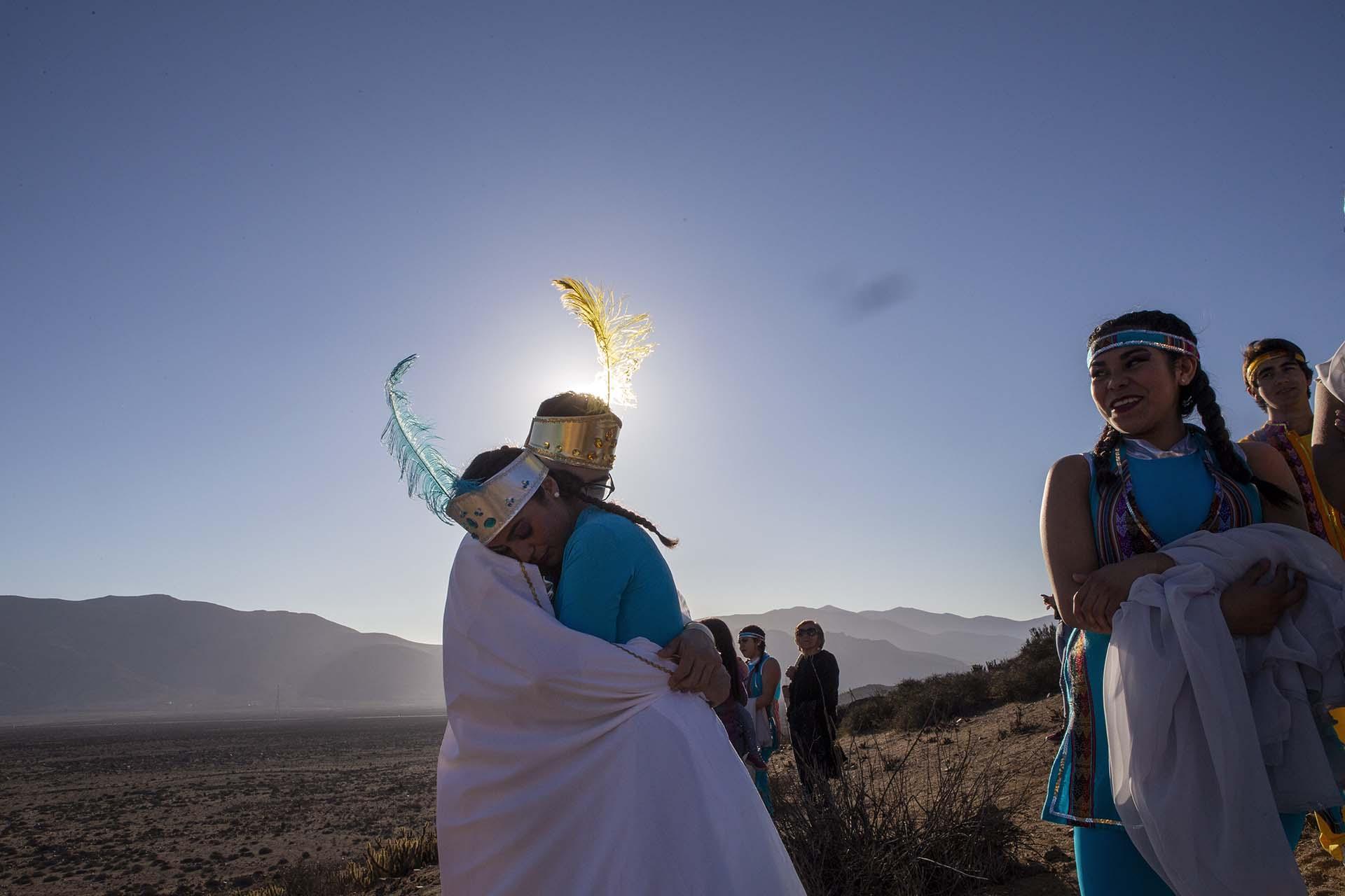 Niñas vestidas como la Princesa Sol y la Princesa Luna llegaron el lunes 1 de julio de 2019 a La Higuera, Chile, para una sesión de fotos antes del eclipse total de sol (AP Photo/Esteban Felix)