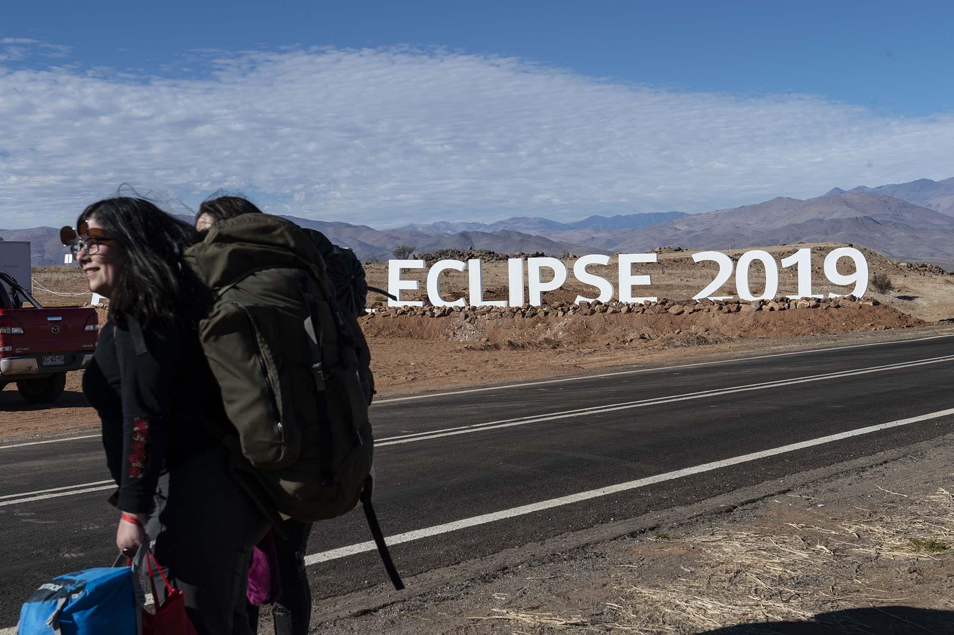 Los turistas llegan a un campamento astronómico que esperaba recibir a miles de turistas para observar el eclipse solar en la comuna de Vallenar en el desierto de Atacama unos 600 km al norte de Santiago (Photo by MARTIN BERNETTI / AFP)