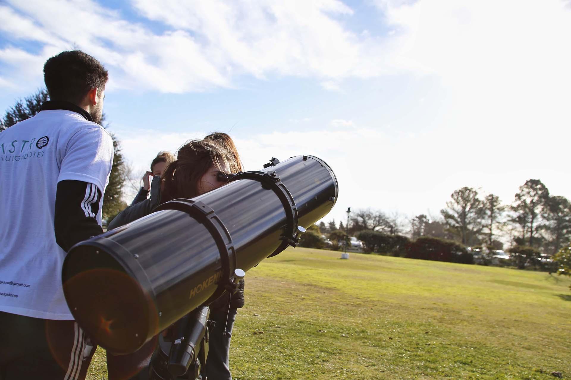En Santa Rosa, La Pampa, Argentina, el grupo Astro Divulgadores, con el apoyo del gobierno provincial, organizó en el predio de La Campiña charlas informativas y colocó varios telescopios y una pantalla gigante para poder ver el eclipse (Télam)