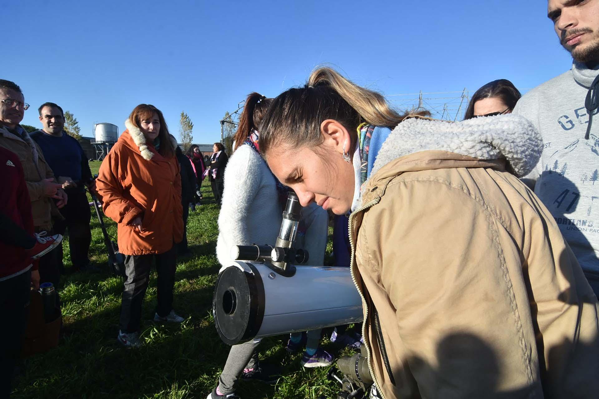 La gente utiliza todo tipo de elementos caseros para proteger la vista y así poder ver el eclipse de sol desde Santa Fe, Argentina (Télam)
