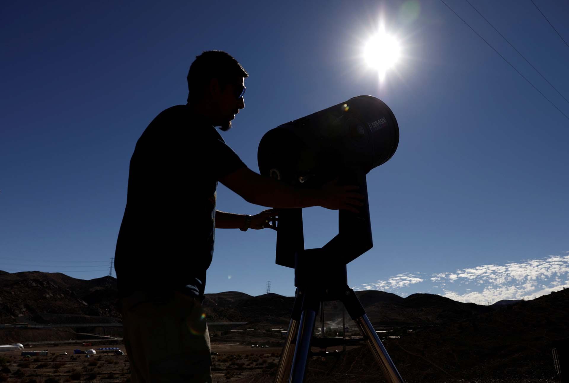 Un hombre se prepara para observar el sol con un telescopio en Incahuasi, Chile (REUTERS/Juan Jose Gonzalez Galaz)
