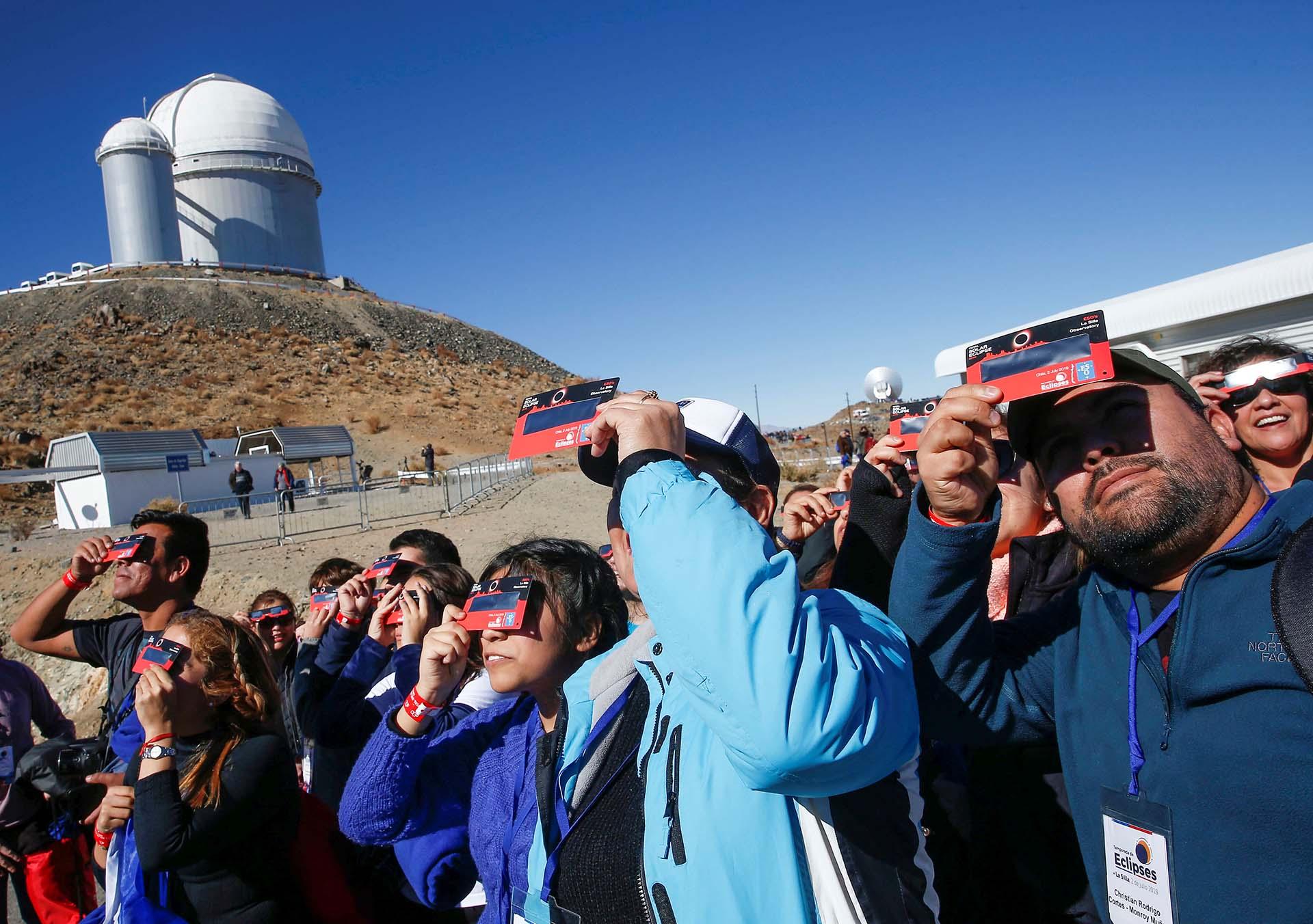 Gente prueba sus lentes especiales antes del eclipse solar en el Observatorio Europeo Austral (ESO) de La Silla en Coquimbo, Chile (REUTERS/Rodrigo Garrido)