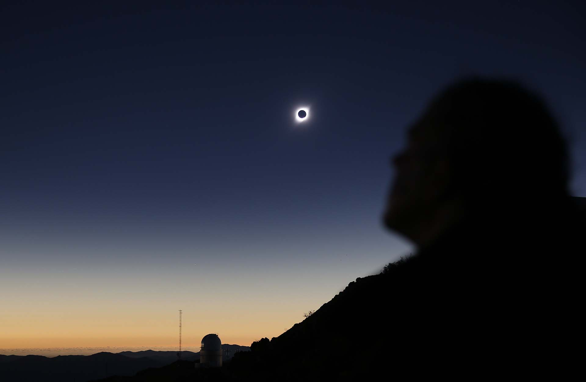 Una persona observa el eclipse solar en Coquimbo, Chile(REUTERS/Rodrigo Garrido)