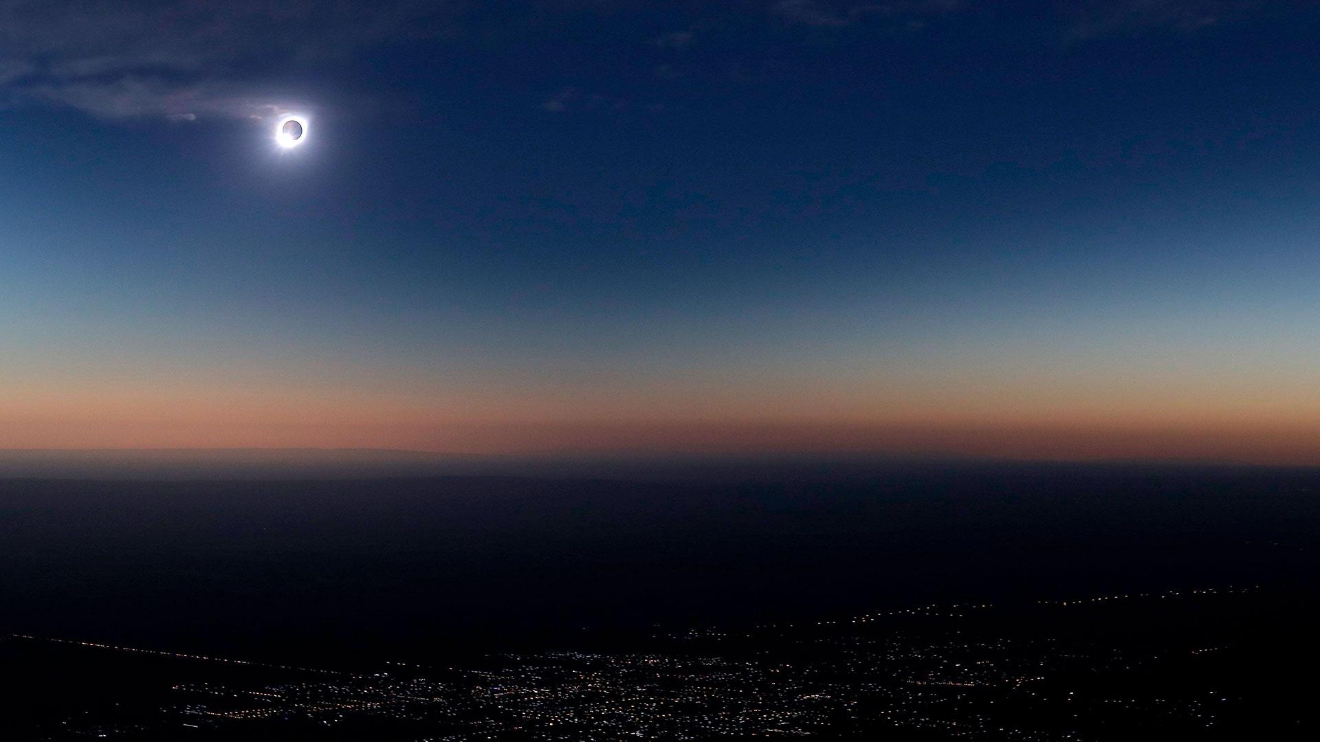 La luna tapa gran parte del sol durante eleclipsesolar total en la ciudad de Merlo, San Luis (Argentina) (EFE/Nicolas Aguilera9