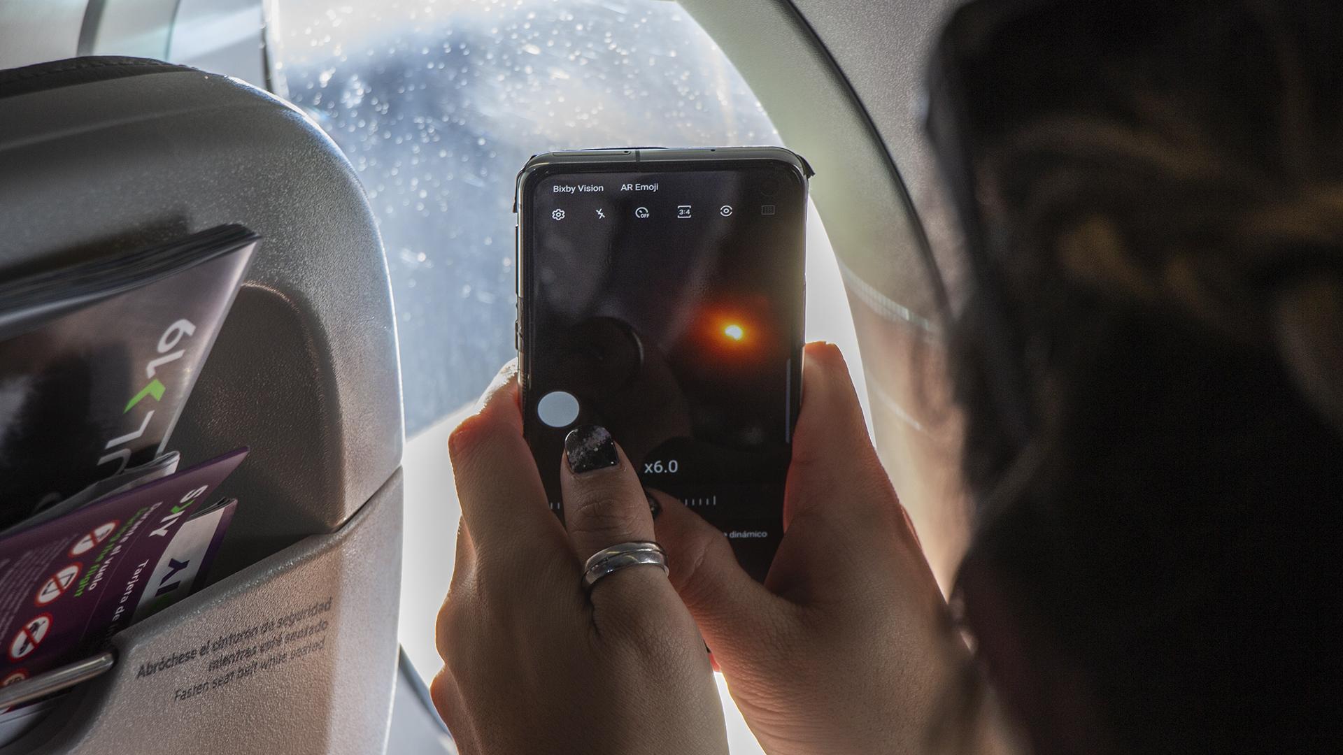 96 personas viajaron a bordo del Airbus 320 Neo pilotado por el ingeniero espacial Klaus Von Storch. Todas le sacaron su foto al eclipse para compartirla con sus familiares y amigos. Hasta el astrónomo más experimentado dedicó unos segundos en eternizar el instante con una fotografía